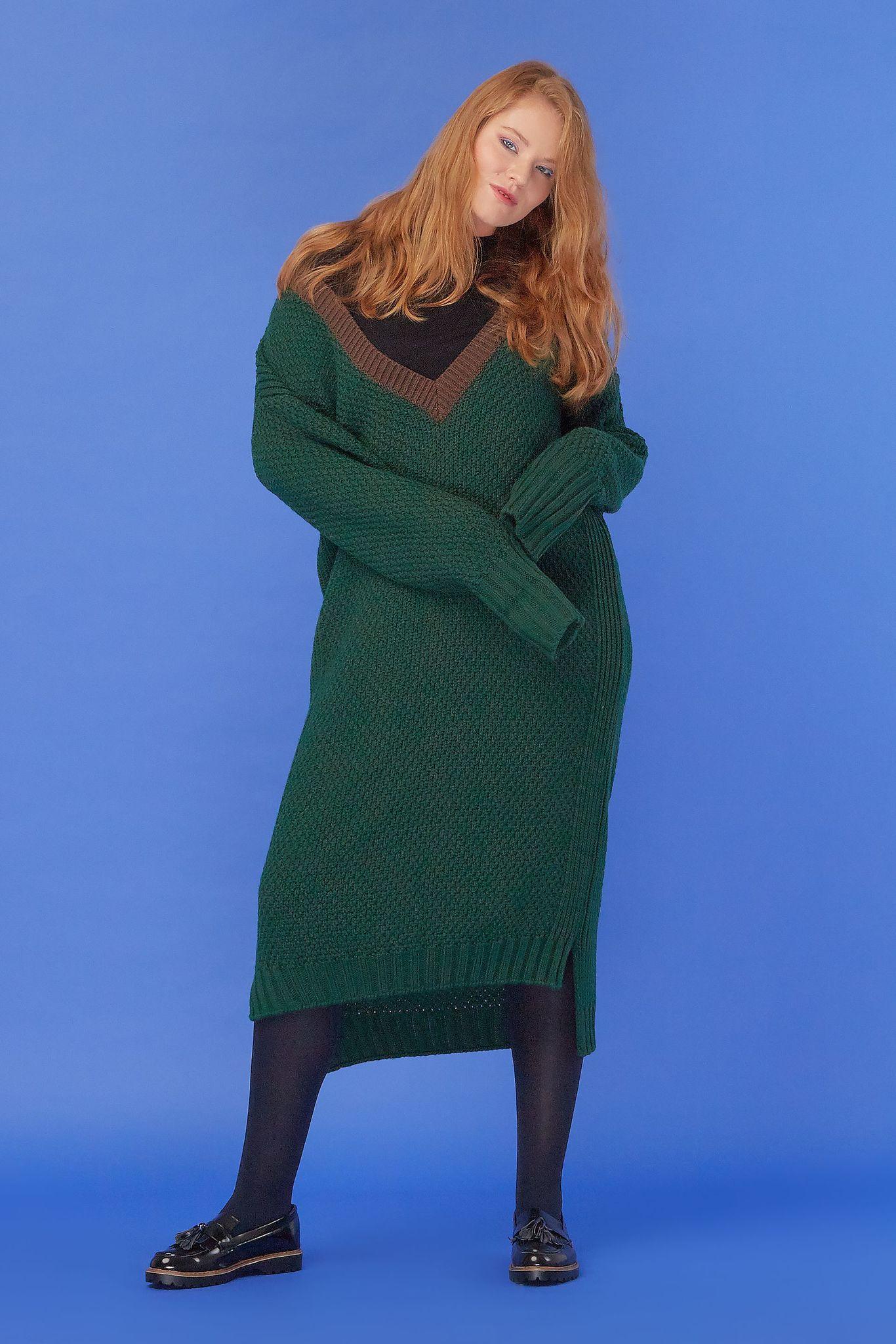 Вязаное платье LE-08 D02 34 KНовинки<br>Чем обязательно нужно пополнить гардероб в преддверии наступающих холодов? Конечно, вязаными вещами. И у нас для вас есть кое-что необычное! А именно — это платье. Крупная вязка, контрастные цвета, крупный V-образный вырез -  посмотрите, как здорово сочетается зеленый и коричневый. Слегка удлинённые рукава, свободно в плечах.<br>