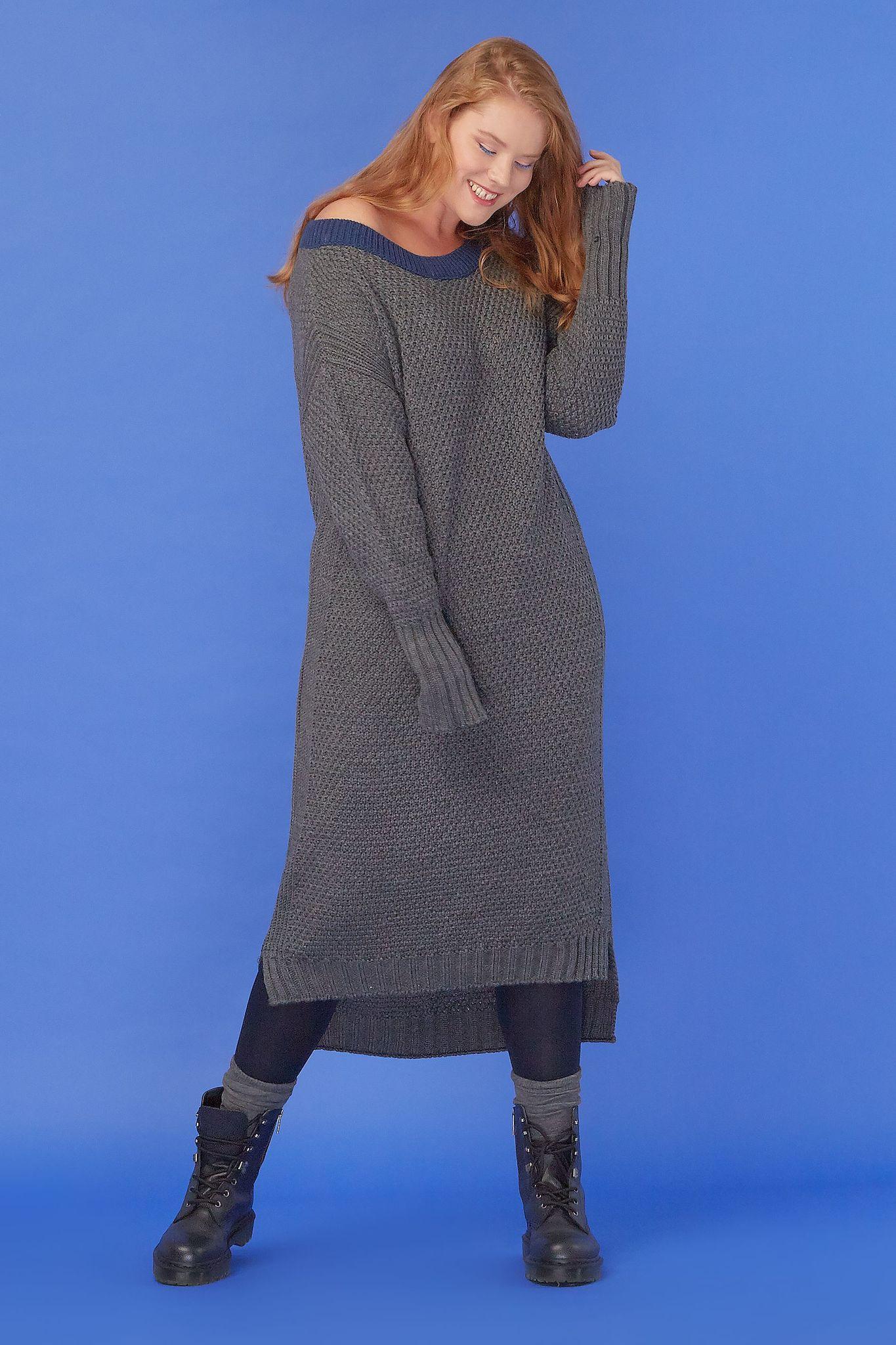 Вязаное платье LE-08 D01 06 КНовинки<br>Чем обязательно нужно пополнить гардероб в преддверии наступающих холодов? Конечно, вязаными вещами. И у нас для вас есть кое-что необычное! А конкретно — это платье. Крупная вязка, контрастные цвета -  посмотрите, как  сочетается синий и серый. Слегка удлинённые рукава, свободно в плечах. Можно чуть спустить и оголить плечо, можно спрятать ладони, если вдруг замёрзли. Рост модели на фото 179 см, размер - 52 российский<br>