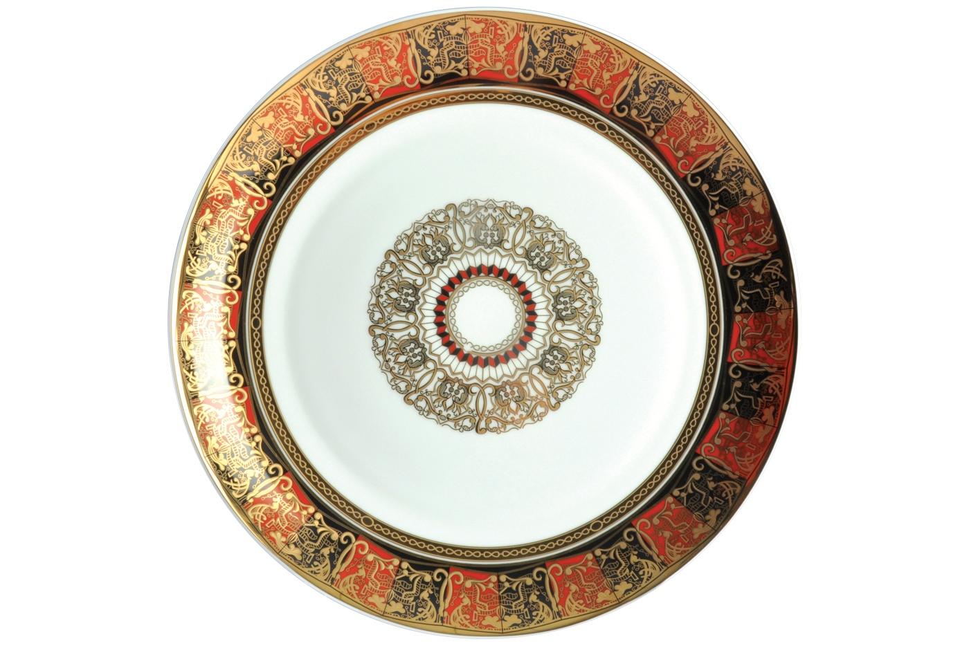 Набор из 6 тарелок Royal Aurel Дерби (25см) арт.626Наборы тарелок<br>Набор из 6 тарелок Royal Aurel Дерби (25см) арт.626<br>Производить посуду из фарфора начали в Китае на стыке 6-7 веков. Неустанно совершенствуя и селективно отбирая сырье для производства посуды из фарфора, мастерам удалось добиться выдающихся характеристик фарфора: белизны и тонкостенности. В XV веке появился особый интерес к китайской фарфоровой посуде, так как в это время Европе возникла мода на самобытные китайские вещи. Роскошный китайский фарфор являлся изыском и был в новинку, поэтому он выступал в качестве подарка королям, а также знатным людям. Такой дорогой подарок был очень престижен и по праву являлся элитной посудой. Как известно из многочисленных исторических документов, в Европе китайские изделия из фарфора ценились практически как золото. <br>Проверка изделий из костяного фарфора на подлинность <br>По сравнению с производством других видов фарфора процесс производства изделий из настоящего костяного фарфора сложен и весьма длителен. Посуда из изящного фарфора - это элитная посуда, которая всегда ассоциируется с богатством, величием и благородством. Несмотря на небольшую толщину, фарфоровая посуда - это очень прочное изделие. Для демонстрации плотности и прочности фарфора можно легко коснуться предметов посуды из фарфора деревянной палочкой, и тогда мы услушим характерный металлический звон. В составе фарфоровой посуды присутствует костяная зола, благодаря чему она может быть намного тоньше (не более 2,5 мм) и легче твердого или мягкого фарфора. Безупречная белизна - ключевой признак отличия такого фарфора от других. Цвет обычного фарфора сероватый или ближе к голубоватому, а костяной фарфор будет всегда будет молочно-белого цвета. Характерная и немаловажная деталь - это невесомая прозрачность изделий из фарфора такая, что сквозь него проходит свет.<br>