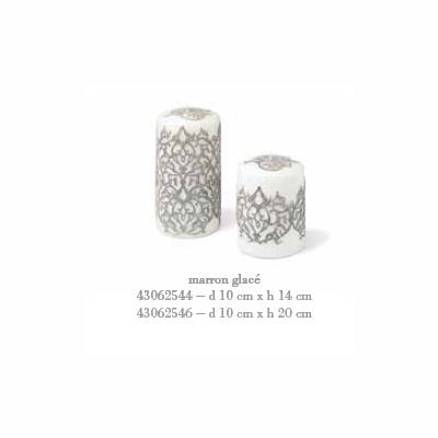 Свеча Arabesque средняя Декоративные свечи<br>Свеча Arabesque средняя d 10 cm x h 14 cm каштановый лед<br>Природная тематика, отображающая хаос веток, листья и цветы, вдохновила на создание декора Arabesque, выполненного с использованием инновационной технологии лазерной резки.<br>При горении свечи пламя опускается вовнутрь свечи, и освещает стенки свечи изнутри, через образующуюся оболочку. При этом внешний дизайн не повреждается и остается целым.<br>Cereria Pernici является эксклюзивным мировым производителем восковой фольги, на которой можно напечатать любой узор, текстуру, в том числе возможна разработка индивидуального заказа.<br>Бренд CERERIA PERNICI на протяжении 120 лет своего существования постоянно ориентируется на высокий уровень производства, процесс производства полностью ручной, вся продукция сделана в Италии.<br>