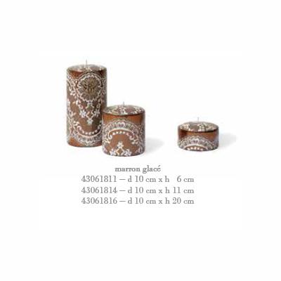 Свеча Pizzo малая Декоративные свечи<br>Свеча Pizzo малая d 10 cm x h 6 cm каштановый лед<br>При горении свечи пламя опускается вовнутрь свечи, и освещает стенки свечи изнутри, через образующуюся оболочку. При этом внешний дизайн не повреждается и остается целым.<br>Cereria Pernici является эксклюзивным мировым производителем восковой фольги, на которой можно напечатать любой узор, текстуру, в том числе возможна разработка индивидуального заказа.<br>Бренд CERERIA PERNICI на протяжении 120 лет своего существования постоянно ориентируется на высокий уровень производства, процесс производства полностью ручной, вся продукция сделана в Италии.<br>