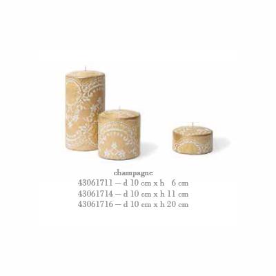 Свеча Pizzo малая Декоративные свечи<br>Свеча Pizzo малая d 10 cm x h 6 cm шампань<br>При горении свечи пламя опускается вовнутрь свечи, и освещает стенки свечи изнутри, через образующуюся оболочку. При этом внешний дизайн не повреждается и остается целым.<br>Cereria Pernici является эксклюзивным мировым производителем восковой фольги, на которой можно напечатать любой узор, текстуру, в том числе возможна разработка индивидуального заказа.<br>Бренд CERERIA PERNICI на протяжении 120 лет своего существования постоянно ориентируется на высокий уровень производства, процесс производства полностью ручной, вся продукция сделана в Италии.<br>