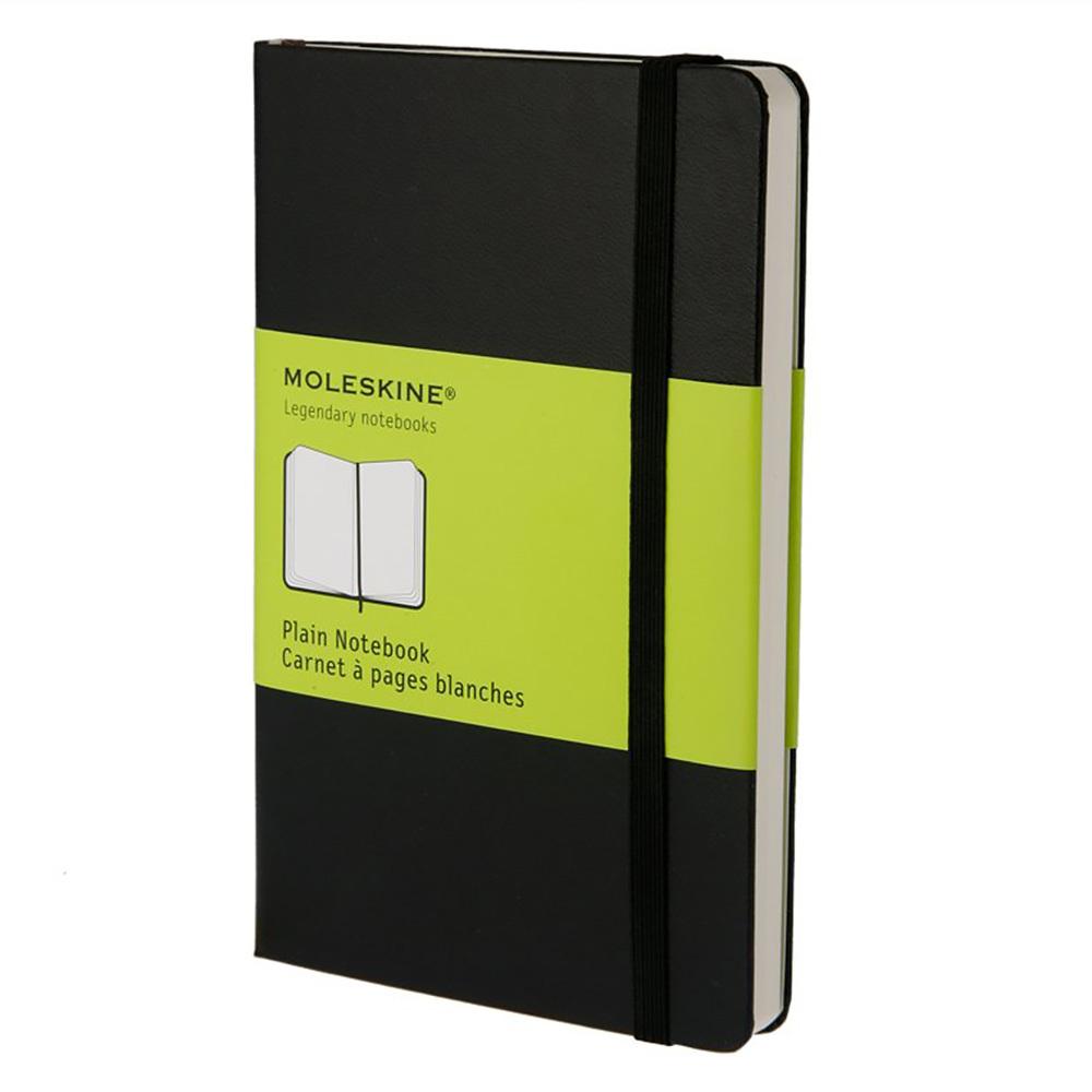 Блокнот Moleskine Classic Pocket, цвет черный, без разлиновкиMOLESKINE<br>Простой, но уже ставший классикой нелинованный блокнот размера pocket является одним из самых популярных изделий Moleskine.Этот надежный спутник, идеально подходящий для записи мыслей, идей и заметок, выполнен в картонной обложке со скругленными углами, с листами из бескислотной бумаги, закладкой, эластичной застежкой и вместительным внутренним карманом, куда вложена открытка с историей Moleskine.<br>Особенности:<br>• 192 страницы;<br>• без разлиновки;<br>• обложка твердая;<br>• плотность листов70 г/м2.<br><br>Легендарный MOLESKINE<br>Марка Moleskine появилась в 1997, возродив образ легендарной записной книжки, столь любимой деятелями искусства и интеллектуалами последних двух столетий. Винсент Ван Гог и Пабло Пикассо, Эрнест Хемингуэй и Брюс Чатвин - все они были привязаны к своим надежным маленьким спутникам, безымянным записным книжицам в непромокаемых черных обложках, которые хранили наброски, заметки, истории и впечатления перед тем, как последние превращались в известные полотна или страницы любимых книг. Сегодня имя Moleskine ассоциируется с серией номадических атрибутов: записных книжек, блокнотов, еженедельников, сумок, аксессуаров для письма и для чтения, созданных для выражения нашей изменчивой индивидуальности. Неразлучные спутники творческих профессий, проводники из мира реальности в мир фантазий, немыслимые сегодня в отдельности от информационных технологий.<br>С 1 января 2007 года Moleskine является также названием компании-владельца всемирно известной зарегистрированной торговой марки. Кроме широко известных записных книжек и их типов, Moleskine SpA разрабатывает, производит и реализует целую серию предметов для творчества современных «странников». Компания начинает свою историю с маленького издательства Modo&amp;Modo в Милане, которое в 1997 году создало марку® Moleskine, вновь открыв и возродив удивительную традицию. Осенью 2006 компания Modo&amp;Modo spa была куплена компани
