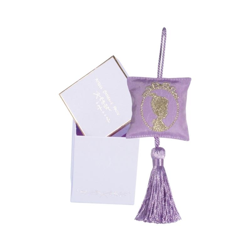 Саше-камея с вышивкой лиловое (Саше)Саше<br>Подвесное саше-камея с вышивкой золотом по шелку и кисточкой в маленькой подарочной коробочке<br>