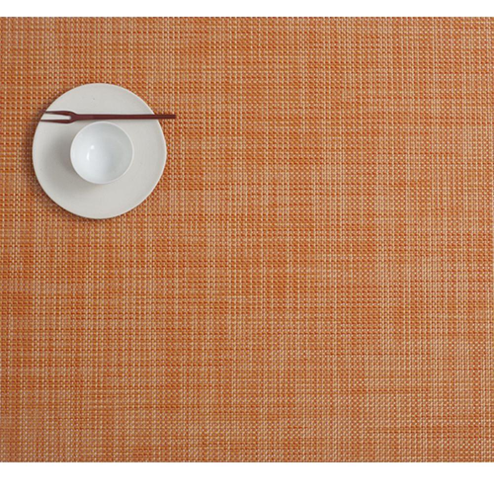 Салфетка подстановочная, жаккардовое плетение, винил, (36х48) Clementine (100132-004) CHILEWICH Mini Basketweave арт. 0025-MNBK-CLEMСервировка стола<br>Салфетки и подставки для посуды от американского дизайнера Сэнди Чилевич, выполнены из виниловых нитей — современного материала, позволяющего создавать оригинальные текстуры изделий без ущерба для их долговечности. Возможно, именно в этом кроется главный секрет популярности этих стильных салфеток.<br>Впрочем, это не мешает подставочным салфеткам Chilewich оставаться достаточно демократичными, для того чтобы занять своё место и на вашем столе. Вашему вниманию предлагается широкий выбор вариантов дизайна спокойных тонов, способного органично вписаться практически в любой интерьер.<br><br>длина (см):48материал:винилпредметов в наборе (штук):1страна:СШАширина (см):36.0<br>Официальный продавец CHILEWICH<br>