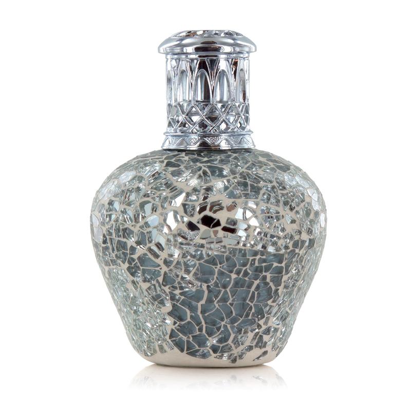 Аромалампа Малые ароматические лампы<br>Аромалампа Яркое сияние - эта лампа зарядит энергией любое пространство.<br>Лампа выполнена вручную, с использованием блестящей серебряной мозаики, и увенчана серебряной декоративной короной.<br>Правила обращения с продукциейAshleigh&amp;Burwood<br>
