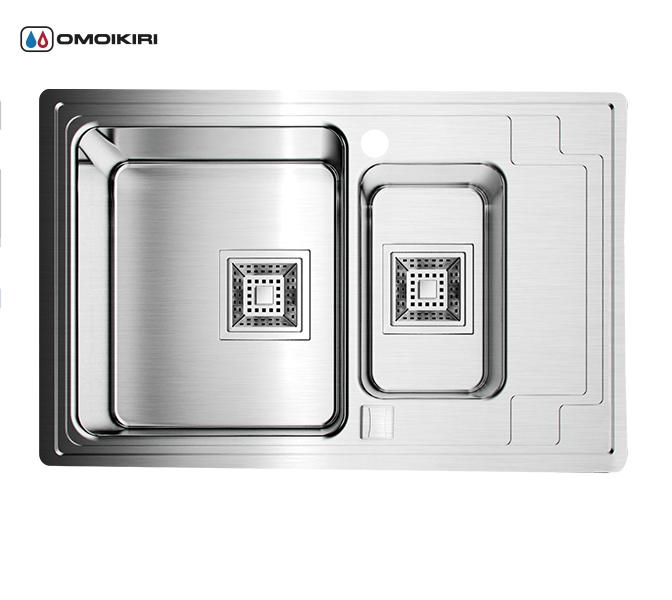 Кухонная мойка из нержавеющей стали OMOIKIRI Mizu 78-2-L (4993012)Кухонные мойки из нержавеющей стали<br>Кухонная мойка из нержавеющей стали OMOIKIRI Mizu 78-2-L (4993012)<br><br><br>Размер выреза под мойку: 760х460 мм.<br>Японская высококачественная хромоникелевая нержавеющая сталь.<br>Матовая полировка, устойчивая к появлению царапин.<br>Упаковка обеспечивает максимально безопасную транспортировку.<br>В комплект включены крепления, выпуск.<br>Корпус мойки обработан специальным шумоподавляющим составом и дополнительными резиновыми накладками с 5-ти сторон чаши.<br><br><br>Комплектация:<br><br>автоматический донный клапан;<br>крепления;<br>сифон.<br><br><br><br><br><br><br>Нержавеющая сталь OMOIKIRI<br>Вся нержавеющая сталь OMOIKIRI соответствует маркировке 18/8. Это аустенитная сталь содержит 18% хрома и 8% никеля, что обеспечивает ее максимальную защиту от коррозии.<br>Нержавеющая сталь OMOIKIRI подвергается уникальной обработке холодом «GOKIN»©, повышающей ее твердость и износостойкость.<br><br><br><br><br><br>Кухонные мойки из нержавеющей стали OMOIKIRI при производстве проходят три этапа контроля качества:<br><br>контроль состава нержавеющей стали на соответствие стандартам содержания цветных металлов и указанной маркировке;<br>проверка качества металлических заготовок перед производством;<br>контроль качества изделий на всех этапах производства.<br><br><br><br><br><br>Руководство по монтажу<br><br><br><br>Официальный сертифицированный продавец OMOIKIRI™<br>