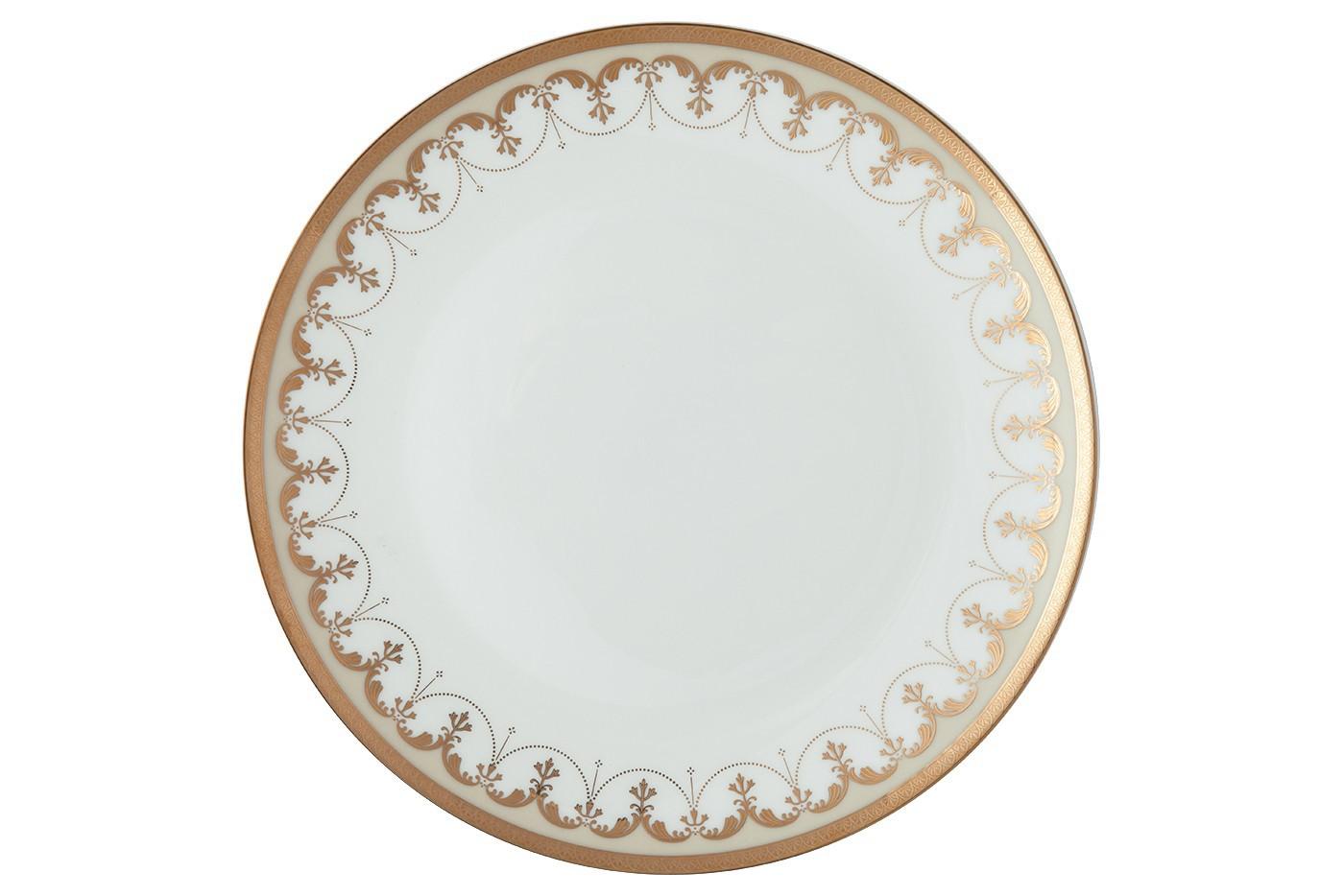 Набор из 6 тарелок Royal Aurel Империал (20см) арт.531Наборы тарелок<br>Набор из 6 тарелок Royal Aurel Империал (20см) арт.531<br>Производить посуду из фарфора начали в Китае на стыке 6-7 веков. Неустанно совершенствуя и селективно отбирая сырье для производства посуды из фарфора, мастерам удалось добиться выдающихся характеристик фарфора: белизны и тонкостенности. В XV веке появился особый интерес к китайской фарфоровой посуде, так как в это время Европе возникла мода на самобытные китайские вещи. Роскошный китайский фарфор являлся изыском и был в новинку, поэтому он выступал в качестве подарка королям, а также знатным людям. Такой дорогой подарок был очень престижен и по праву являлся элитной посудой. Как известно из многочисленных исторических документов, в Европе китайские изделия из фарфора ценились практически как золото. <br>Проверка изделий из костяного фарфора на подлинность <br>По сравнению с производством других видов фарфора процесс производства изделий из настоящего костяного фарфора сложен и весьма длителен. Посуда из изящного фарфора - это элитная посуда, которая всегда ассоциируется с богатством, величием и благородством. Несмотря на небольшую толщину, фарфоровая посуда - это очень прочное изделие. Для демонстрации плотности и прочности фарфора можно легко коснуться предметов посуды из фарфора деревянной палочкой, и тогда мы услушим характерный металлический звон. В составе фарфоровой посуды присутствует костяная зола, благодаря чему она может быть намного тоньше (не более 2,5 мм) и легче твердого или мягкого фарфора. Безупречная белизна - ключевой признак отличия такого фарфора от других. Цвет обычного фарфора сероватый или ближе к голубоватому, а костяной фарфор будет всегда будет молочно-белого цвета. Характерная и немаловажная деталь - это невесомая прозрачность изделий из фарфора такая, что сквозь него проходит свет.<br>
