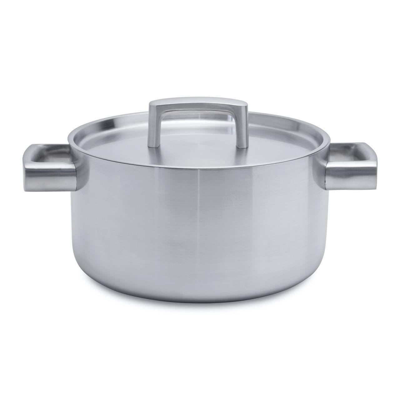 Кастрюля с крышкой 22см 4,3л (5-слойный материал) BergHOFF Ron 3900032Кастрюли<br>Кастрюля с крышкой 22см 4,3л (5-слойный материал) BergHOFF Ron 3900032<br><br>Для всех типов блюд маленького или среднего размера, гарниров, идеален для тушения овощей. 4 различных материала расположены в изобретательном 5-слойном альянсе для равномерного распределения тепла. <br>Дно и корпус формируют бесшовное целое, гарантирующее, что тепло быстро распределяется по дну до обода. <br>Ненагревающиеся ручки обеспечивают безопасность и комфорт. Крышка плотно закрывает кастрюлю, удерживая естественную влагу и соки ингредиентов внутри. Конструкция дна делает возможным энергоэффективное приготовление пищи и равномерное распределение тепла по всей поверхностиОтмеченная наградами коллекция Ron предлагает на выбор 4 впечатляющих стиля для воплощения множества кулинарных приемов. В дополнение к своей универсальности по принципу смешивай и сочетай, линия Ron выполнена в стилистическом единстве: штатный дизайнер BergHOFF Питер Рукс с любовью создавал каждый предмет, используя как сочетающиеся, так и контрастирующие цвета и материалы.<br>Официальный продавец BergHOFF<br>