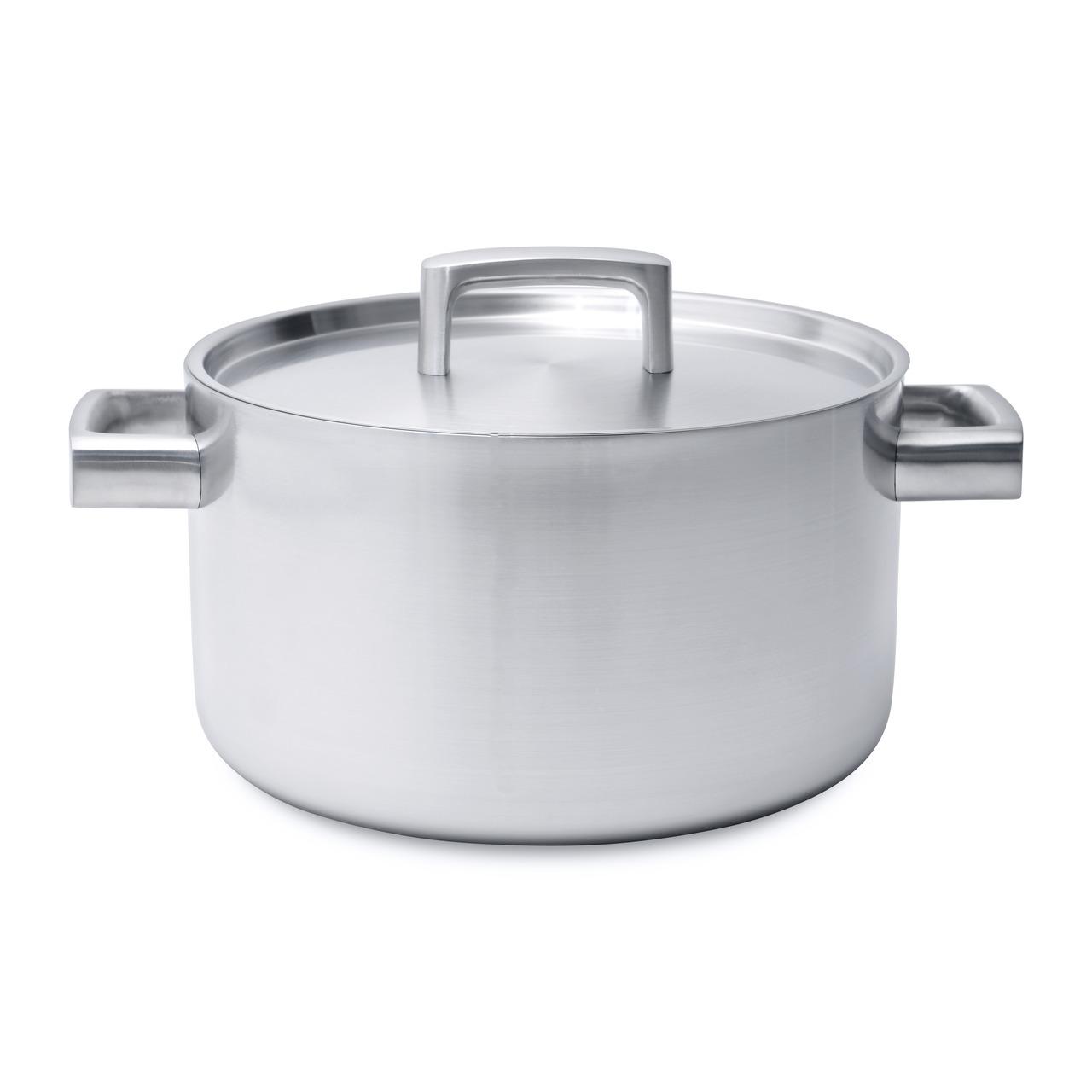 Кастрюля с крышкой 24см 6,1л (5-слойный материал) BergHOFF Ron 3900034Кастрюли<br>Кастрюля с крышкой 24см 6,1л (5-слойный материал) BergHOFF Ron 3900034<br><br>Для широкого разнообразия блюд, от супов до варки пасты, овощей. 4 различных материала расположены в изобретательном 5-слойном альянсе для равномерного распределения тепла. Дно и корпус формируют бесшовное целое, гарантирующее, что тепло быстро распределяется по дну до обода. <br>Ненагревающиеся ручки обеспечивают безопасность и комфорт. Крышка плотно закрывает кастрюлю, удерживая естественную влагу и соки ингредиентов внутри.Конструкция дна делает возможным энергоэффективное приготовление пищи и равномерное распределение тепла по всей поверхности. Отмеченная наградами коллекция Ron предлагает на выбор 4 впечатляющих стиля для воплощения множества кулинарных приемов. В дополнение к своей универсальности по принципу смешивай и сочетай, линия Ron выполнена в стилистическом единстве: штатный дизайнер BergHOFF Питер Рукс с любовью создавал каждый предмет, используя как сочетающиеся, так и контрастирующие цвета и материалы.<br>Официальный продавец BergHOFF<br>