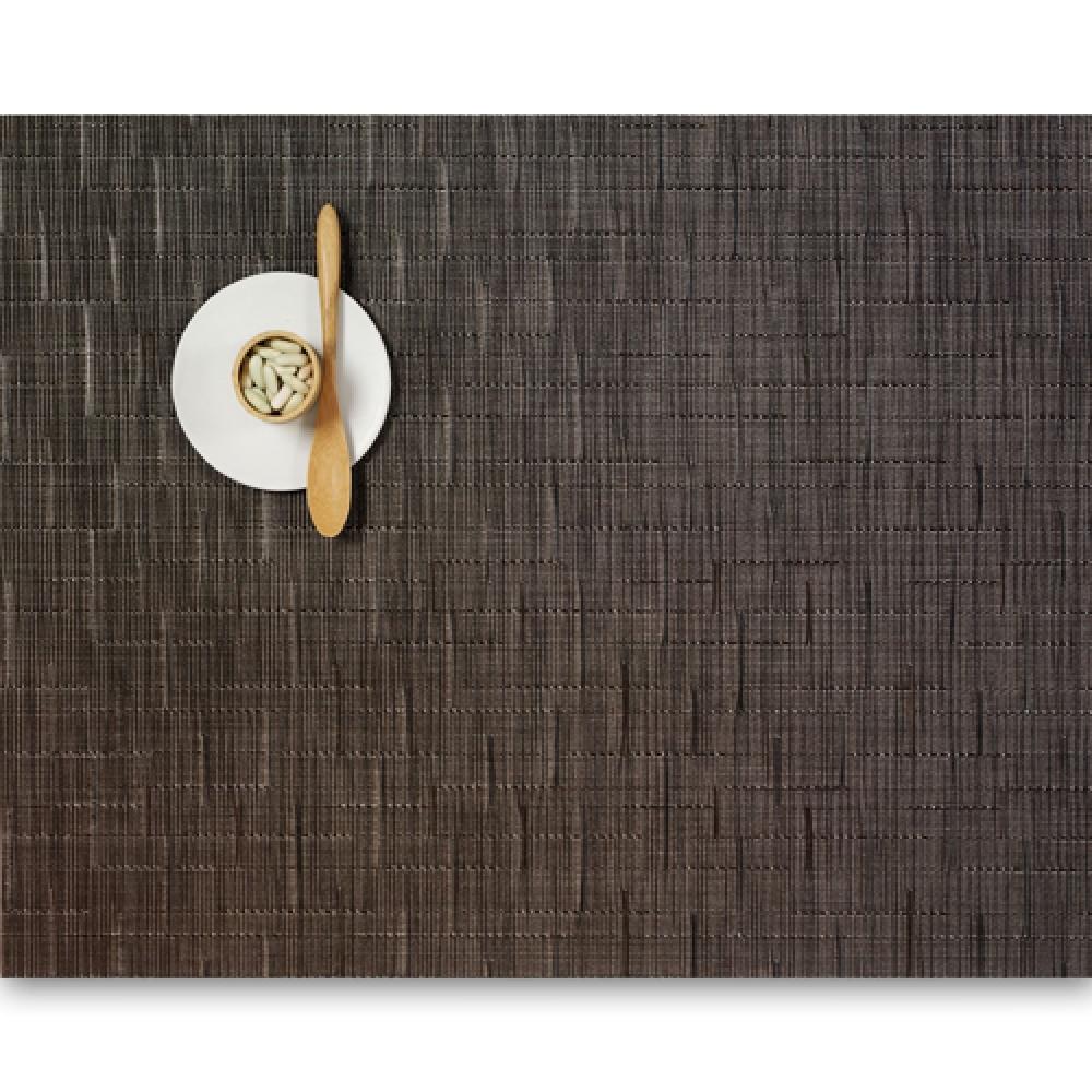 Салфетка подстановочная, жаккардовое плетение, винил, (36х48) Chocolate (100105-008) CHILEWICH Bamboo арт. 0025-BAMB-CHOCСервировка стола<br>Салфетки и подставки для посуды от американского дизайнера Сэнди Чилевич, выполнены из виниловых нитей — современного материала, позволяющего создавать оригинальные текстуры изделий без ущерба для их долговечности. Возможно, именно в этом кроется главный секрет популярности этих стильных салфеток.<br>Впрочем, это не мешает подставочным салфеткам Chilewich оставаться достаточно демократичными, для того чтобы занять своё место и на вашем столе. Вашему вниманию предлагается широкий выбор вариантов дизайна спокойных тонов, способного органично вписаться практически в любой интерьер.<br><br>длина (см):48материал:винилпредметов в наборе (штук):1страна:СШАширина (см):36.0<br>Официальный продавец CHILEWICH<br>