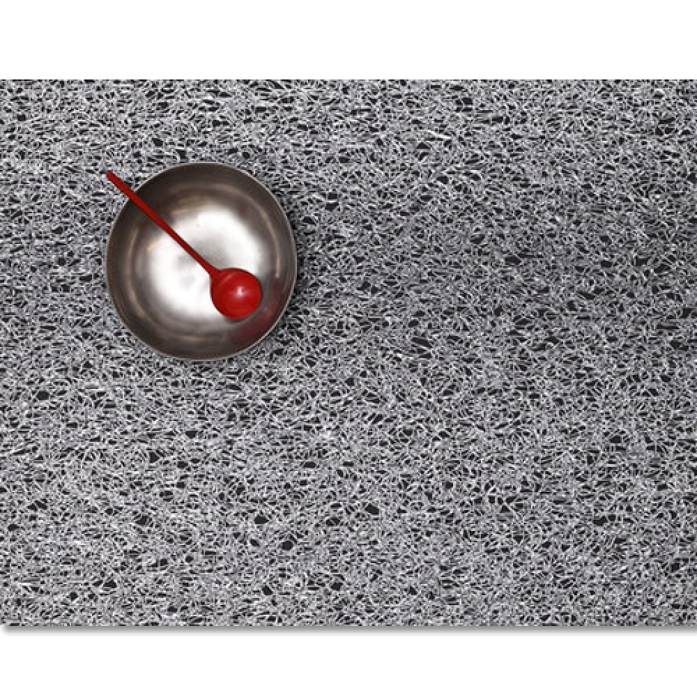 Салфетка подстановочная, жаккардовое плетение, винил, (36х48) Silver (100148-001) CHILEWICH Metallic lace арт. 0209-MTLC-SILVСервировка стола<br>Салфетки и подставки для посуды от американского дизайнера Сэнди Чилевич, выполнены из виниловых нитей — современного материала, позволяющего создавать оригинальные текстуры изделий без ущерба для их долговечности. Возможно, именно в этом кроется главный секрет популярности этих стильных салфеток.<br>Впрочем, это не мешает подставочным салфеткам Chilewich оставаться достаточно демократичными, для того чтобы занять своё место и на вашем столе. Вашему вниманию предлагается широкий выбор вариантов дизайна спокойных тонов, способного органично вписаться практически в любой интерьер.<br><br>длина (см):48материал:винилпредметов в наборе (штук):1страна:СШАширина (см):36.0<br>