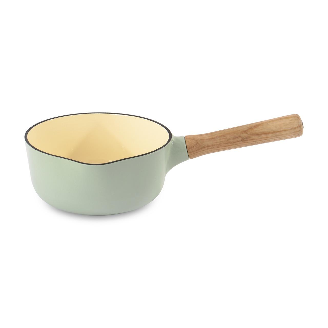Ковш чугунный 18см 1,7л BergHOFF Ron (зеленый) 3900042Ковши<br>Ковш чугунный 18см 1,7л BergHOFF Ron (зеленый) 3900042<br><br>Для всех типов блюд в маленьких порциях и гарниров, идеален для соусов. Чугун великолепно сохраняет тепло: это идеальный выбор для тушения и томления жаркого в духовом шкафу или на плите.<br>Ручка из ясеневой древесины имеет удобную форму и приятную для прикосновения поверхность.<br>Отмеченная наградами коллекция Ron предлагает на выбор 4 впечатляющих стиля для воплощения множества кулинарных приемов. В дополнение к своей универсальности по принципу смешивай и сочетай, линия Ron выполнена в стилистическом единстве: штатный дизайнер BergHOFF Питер Рукс с любовью создавал каждый предмет, используя как сочетающиеся, так и контрастирующие цвета и материалы.<br>