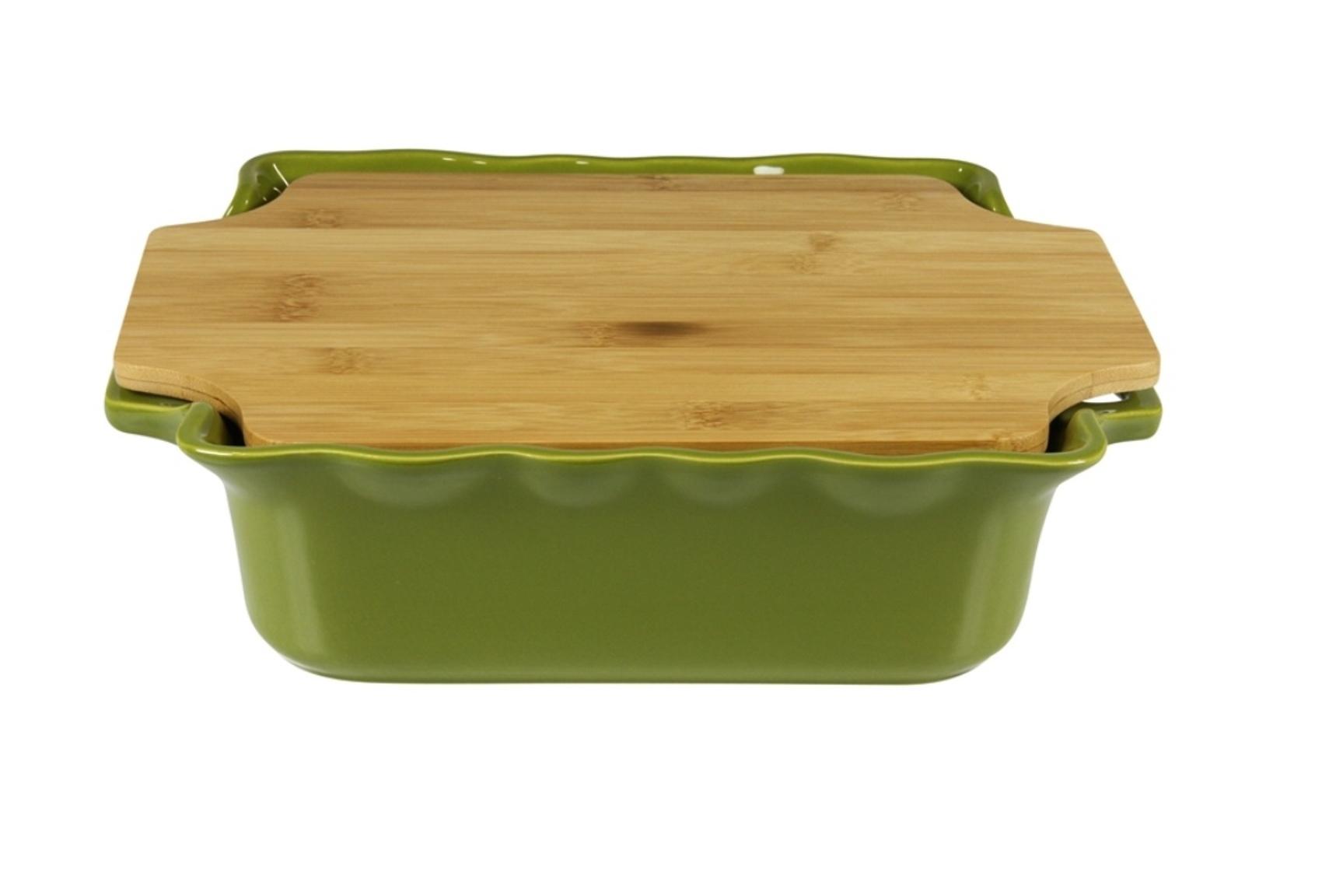 Форма с доской квадратная 34,5 см Appolia Cook&amp;Stock DARK GREEN 130034505Формы для запекания (выпечки)<br>Форма с доской квадратная 34,5 см Appolia Cook&amp;Stock DARK GREEN 130034505<br><br>В оригинальной коллекции Cook&amp;Stoock присутствуют мягкие цвета трех оттенков. Закругленные углы облегчают чистку. Легко использовать. Компактное хранение. В комплекте натуральные крышки из бамбука, которые можно использовать в качестве подставки, крышки и разделочной доски. Прочная жароустойчивая керамика экологична и изготавливается из высококачественной глины. Прочная глазурь устойчива к растрескиванию и сколам, не содержит свинца и кадмия. Глина обеспечивает медленный и равномерный нагрев, деликатное приготовление с сохранением всех питательных веществ и витаминов, а та же долго сохраняет тепло, что удобно при сервировке горячих блюд.<br>