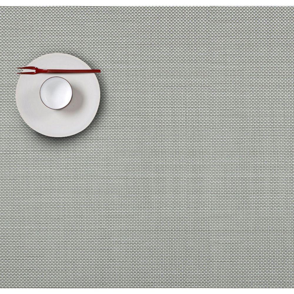 Салфетка подстановочная, жаккардовое плетение, винил, (36х48) Aloe (100132-001) CHILEWICH Mini Basketweave арт. 0025-MNBK-ALOEСервировка стола<br>Салфетки и подставки для посуды от американского дизайнера Сэнди Чилевич, выполнены из виниловых нитей — современного материала, позволяющего создавать оригинальные текстуры изделий без ущерба для их долговечности. Возможно, именно в этом кроется главный секрет популярности этих стильных салфеток.<br>Впрочем, это не мешает подставочным салфеткам Chilewich оставаться достаточно демократичными, для того чтобы занять своё место и на вашем столе. Вашему вниманию предлагается широкий выбор вариантов дизайна спокойных тонов, способного органично вписаться практически в любой интерьер.<br><br>длина (см):48материал:винилпредметов в наборе (штук):1страна:СШАширина (см):36.0<br>