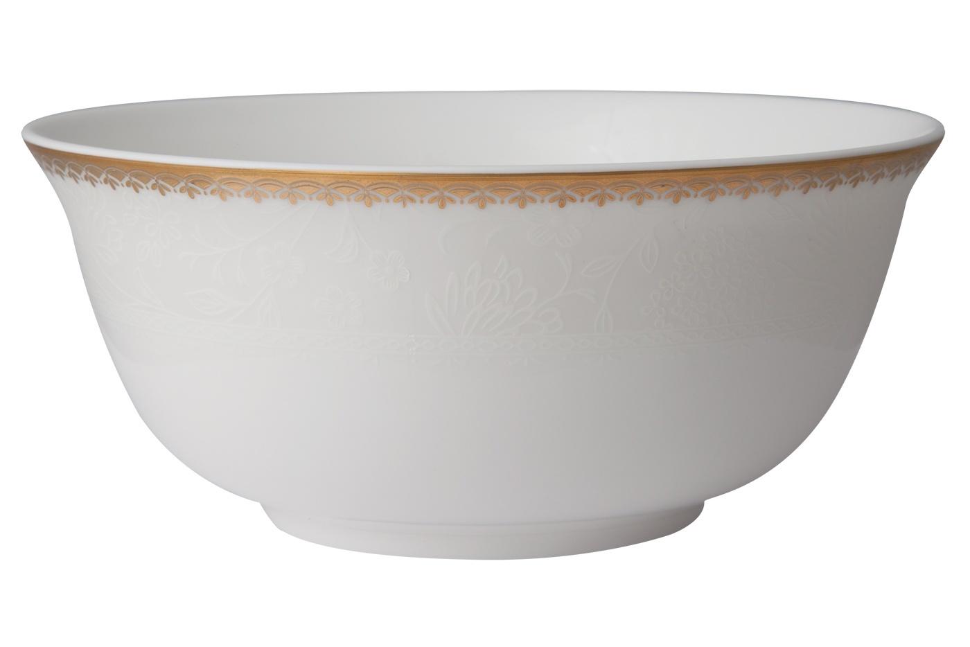 Набор из 6 салатников Royal Aurel Флора (15см) арт.838Салатники<br>Набор из 6 салатников Royal Aurel Флора (15см) арт.838<br>Производить посуду из фарфора начали в Китае на стыке 6-7 веков. Неустанно совершенствуя и селективно отбирая сырье для производства посуды из фарфора, мастерам удалось добиться выдающихся характеристик фарфора: белизны и тонкостенности. В XV веке появился особый интерес к китайской фарфоровой посуде, так как в это время Европе возникла мода на самобытные китайские вещи. Роскошный китайский фарфор являлся изыском и был в новинку, поэтому он выступал в качестве подарка королям, а также знатным людям. Такой дорогой подарок был очень престижен и по праву являлся элитной посудой. Как известно из многочисленных исторических документов, в Европе китайские изделия из фарфора ценились практически как золото. <br>Проверка изделий из костяного фарфора на подлинность <br>По сравнению с производством других видов фарфора процесс производства изделий из настоящего костяного фарфора сложен и весьма длителен. Посуда из изящного фарфора - это элитная посуда, которая всегда ассоциируется с богатством, величием и благородством. Несмотря на небольшую толщину, фарфоровая посуда - это очень прочное изделие. Для демонстрации плотности и прочности фарфора можно легко коснуться предметов посуды из фарфора деревянной палочкой, и тогда мы услушим характерный металлический звон. В составе фарфоровой посуды присутствует костяная зола, благодаря чему она может быть намного тоньше (не более 2,5 мм) и легче твердого или мягкого фарфора. Безупречная белизна - ключевой признак отличия такого фарфора от других. Цвет обычного фарфора сероватый или ближе к голубоватому, а костяной фарфор будет всегда будет молочно-белого цвета. Характерная и немаловажная деталь - это невесомая прозрачность изделий из фарфора такая, что сквозь него проходит свет.<br>