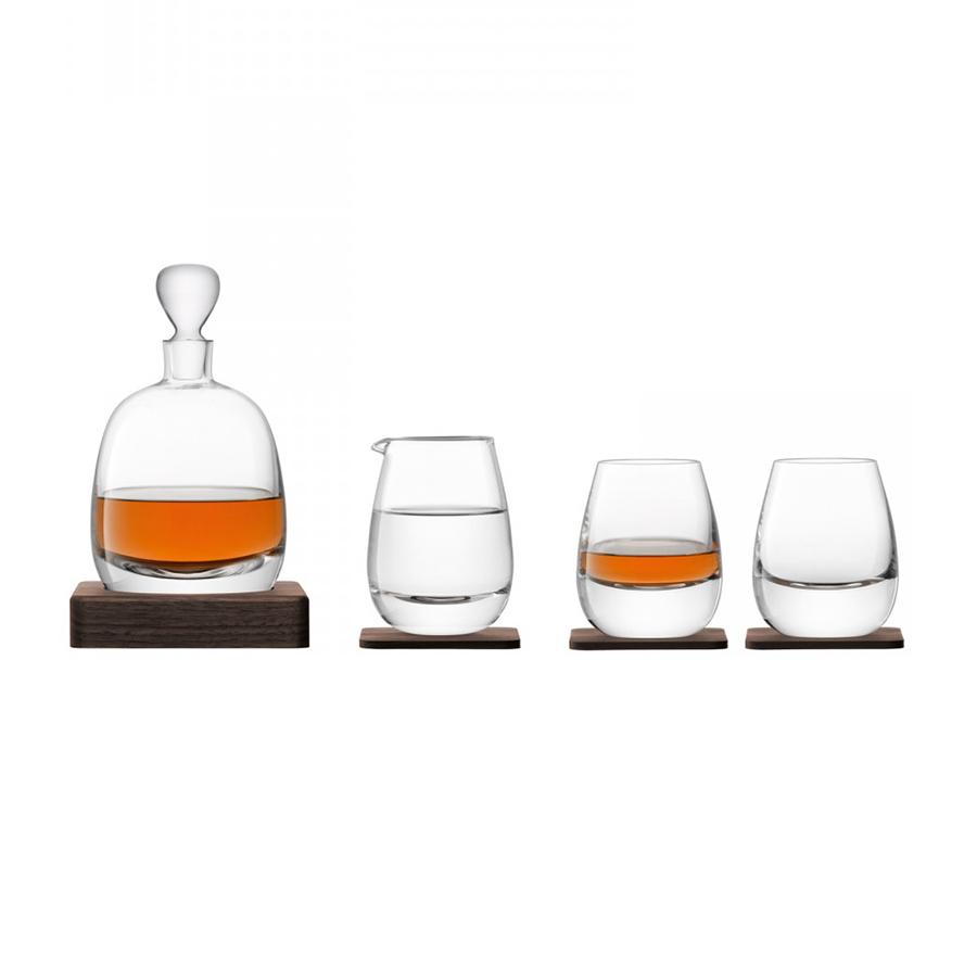 Набор для виски  Islay Whisky LSA G1220-00-301Бокалы и стаканы<br>Коллекция Whisky от LSA International — это собрание вековых традиции Шотландии в сочетании с современным дизайном. Виски-сет состоит из декантера, кувшинчика, 2-х бокалов и подставки из натурального ореха. Все элементы набора были созданы мастерами с учетом старинного искусства дистилляции виски. Утолщенное дно и подставка их ореха ручной работы навевает мысли об основательности и долгой выдержке благородного напитка в деревянных бочках. Набор упакован в красивую подарочную коробку и станет украшением любого бара.<br>
