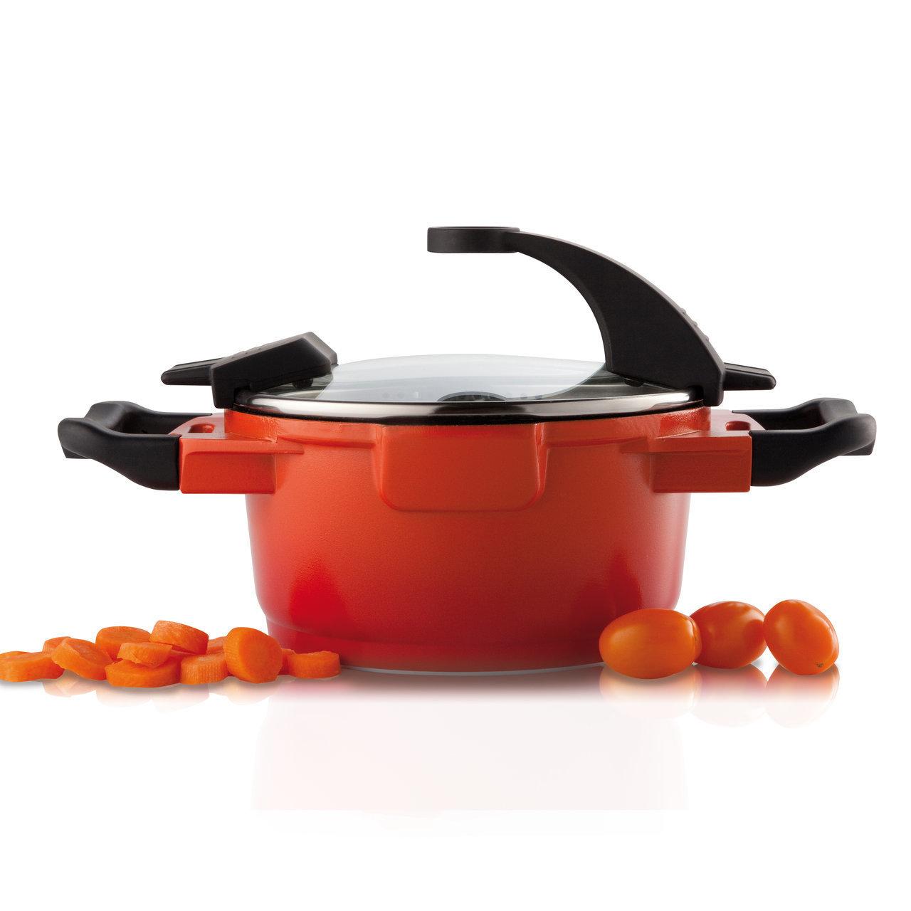 Кастрюля с крышкой 16см 1,5л BergHOFF Virgo Orange 2304900Кастрюли<br>Кастрюля с крышкой 16см 1,5л BergHOFF Virgo Orange 2304900<br><br>Линия Virgo представлена в стильном белом, ярком оранжевом и импозантном темном: соберите набор из одного цвета в пользу единства на вашей кухне или отважьтесь на комбинацию светлого с темным. В идентичном дизайне выполнена и версия из нержавеющей стали.<br>Для всех типов блюд маленького или среднего размера, гарниров, идеален для тушения овощей. Прочная и простая в использовании посуда с быстрым и равномерным распределением тепла. Эргономичная ручка обеспечивает безопасный захват и удобство в поднятии кастрюли.<br>Благодаря стеклянной крышке можно наблюдать за ингредиентами в кастрюле. Не нужно поднимать крышку, растрачивая энергию и вкусовые качества. Эта линия кастрюль и сковород характеризуется элегантно сформированным корпусом, красиво контрастирующим с черными ненагревающимися ручками. Оригинальная крышка предлагает ряд хорошо продуманных функций.<br>Эти большие эргономичные ручки крышки не нагреваются в процессе приготовления. Продуманный дизайн прмещает крышку на кастрюле таким образом, что во время приготовления и подачи одна рука всегда остается свободной. Другая вставка, очень похожая на ту, которая удерживает крышку вертикально на кастрюле, предлагает дополнительную функциональность, когда крышка лежит на кастрюле: просто положите на них большие пальцы для удобного и безопасного слива воды.<br>Многослойное и армированное, свободное от ПФОК антипригарное покрытие для удобного извлечения пищи и легкой чистки. Не содержит ни свинца, ни кадмия. Носики, по одному с каждой стороны, для аккуратного слива.<br>Официальный продавец BergHOFF<br>