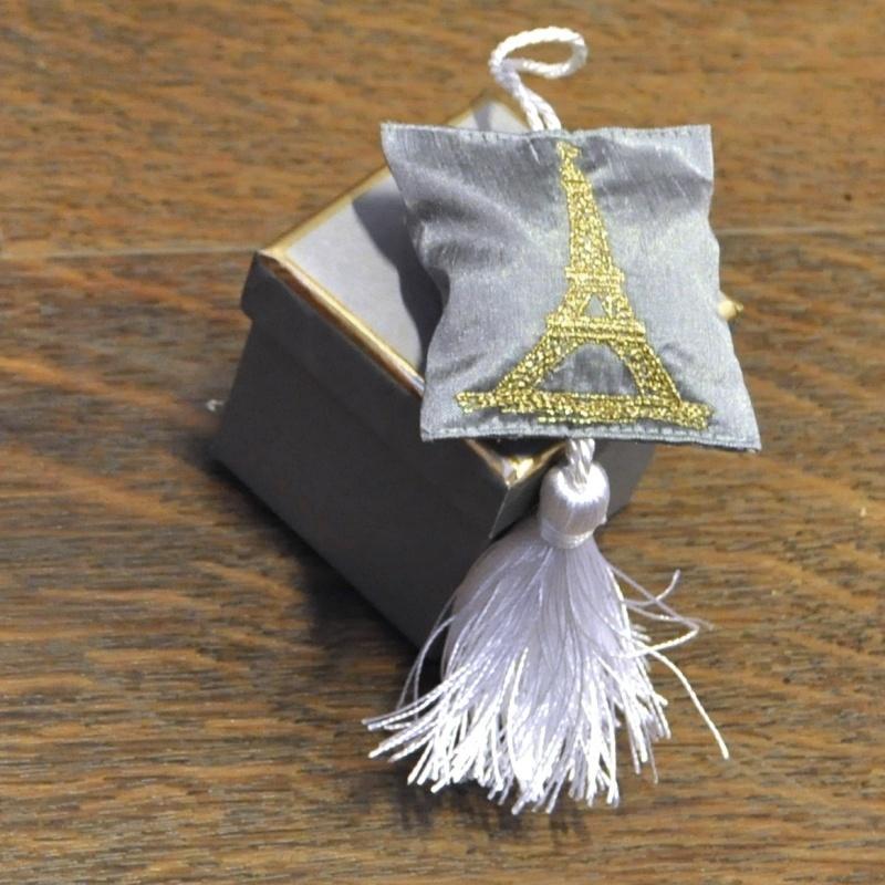 Серия «Эйфелева Башня» Саше<br>Серия Эйфелева Башня 1 серая подушечка-саше с вышивкой, серая коробка<br>