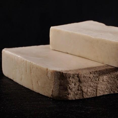 Нарезное органическое мылоНарезное мыло<br>Нарезное органическое мыло Грязь Мертвого моря<br>Успокаивает раздраженную кожу. Грязь Мертвого моря оказывает терапевтический успокаивающий эффект и помогает в устранении зуда и сухости, вызываемых экземой и псориазом.<br>Это органическое мыло используется для особого ухода за телом и лицом. Благодаря таким нежным натуральным компонентам, как растительные масла и глицерин (23%), а также эмульгаторам из сахара и геля алое, они по-настоящему мягко воздействуют на кожу. Увлажняющяя нежная основа мыла состоит на 100% из природных растительных компонентов, среди которых 71,99% - элементы органического происхождения.<br>