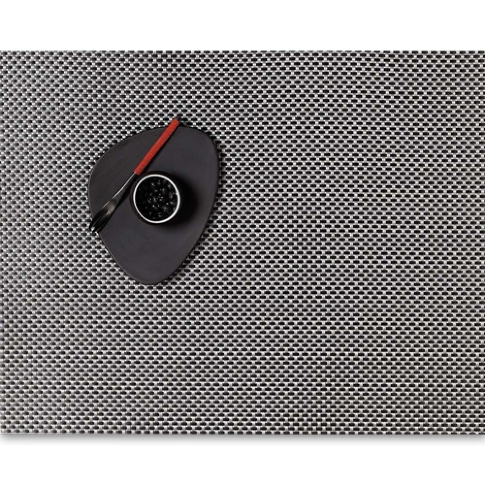Салфетка подстановочная, жаккардовое плетение, винил, (36х48) Titanium (100110-026) CHILEWICH Basketweave арт. 0025-BASK-TITAСервировка стола<br>Салфетки и подставки для посуды от американского дизайнера Сэнди Чилевич, выполнены из виниловых нитей — современного материала, позволяющего создавать оригинальные текстуры изделий без ущерба для их долговечности. Возможно, именно в этом кроется главный секрет популярности этих стильных салфеток.<br>Впрочем, это не мешает подставочным салфеткам Chilewich оставаться достаточно демократичными, для того чтобы занять своё место и на вашем столе. Вашему вниманию предлагается широкий выбор вариантов дизайна спокойных тонов, способного органично вписаться практически в любой интерьер.<br><br>длина (см):48материал:винилпредметов в наборе (штук):1страна:СШАширина (см):36.0<br>Официальный продавец CHILEWICH<br>