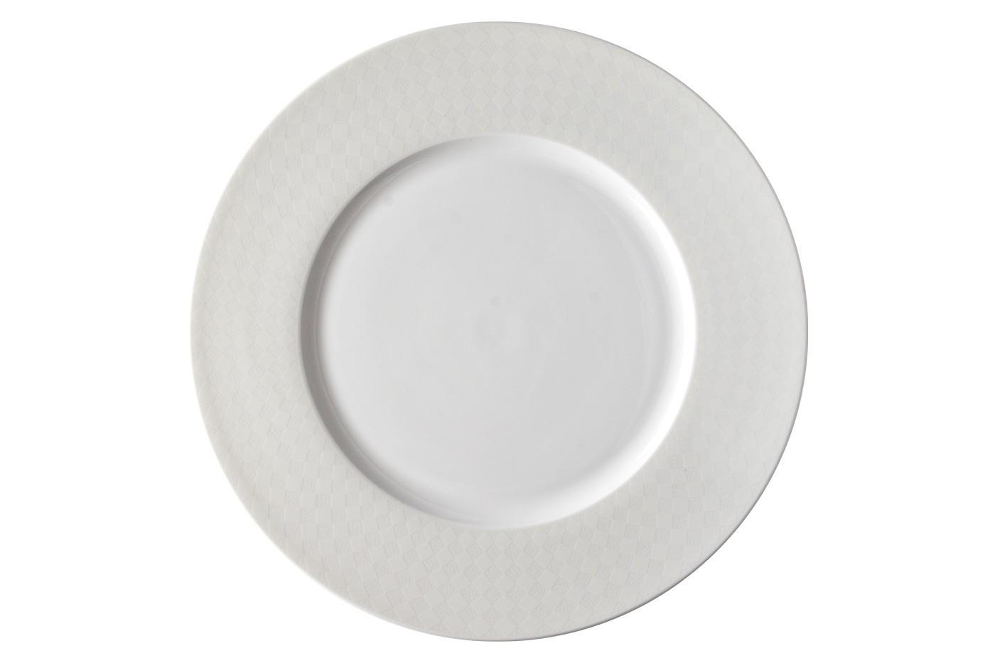 Набор из 6 тарелок Royal Aurel Честер (25см) арт.634Наборы тарелок<br>Набор из 6 тарелок Royal Aurel Честер (25см) арт.634<br>Производить посуду из фарфора начали в Китае на стыке 6-7 веков. Неустанно совершенствуя и селективно отбирая сырье для производства посуды из фарфора, мастерам удалось добиться выдающихся характеристик фарфора: белизны и тонкостенности. В XV веке появился особый интерес к китайской фарфоровой посуде, так как в это время Европе возникла мода на самобытные китайские вещи. Роскошный китайский фарфор являлся изыском и был в новинку, поэтому он выступал в качестве подарка королям, а также знатным людям. Такой дорогой подарок был очень престижен и по праву являлся элитной посудой. Как известно из многочисленных исторических документов, в Европе китайские изделия из фарфора ценились практически как золото. <br>Проверка изделий из костяного фарфора на подлинность <br>По сравнению с производством других видов фарфора процесс производства изделий из настоящего костяного фарфора сложен и весьма длителен. Посуда из изящного фарфора - это элитная посуда, которая всегда ассоциируется с богатством, величием и благородством. Несмотря на небольшую толщину, фарфоровая посуда - это очень прочное изделие. Для демонстрации плотности и прочности фарфора можно легко коснуться предметов посуды из фарфора деревянной палочкой, и тогда мы услушим характерный металлический звон. В составе фарфоровой посуды присутствует костяная зола, благодаря чему она может быть намного тоньше (не более 2,5 мм) и легче твердого или мягкого фарфора. Безупречная белизна - ключевой признак отличия такого фарфора от других. Цвет обычного фарфора сероватый или ближе к голубоватому, а костяной фарфор будет всегда будет молочно-белого цвета. Характерная и немаловажная деталь - это невесомая прозрачность изделий из фарфора такая, что сквозь него проходит свет.<br>