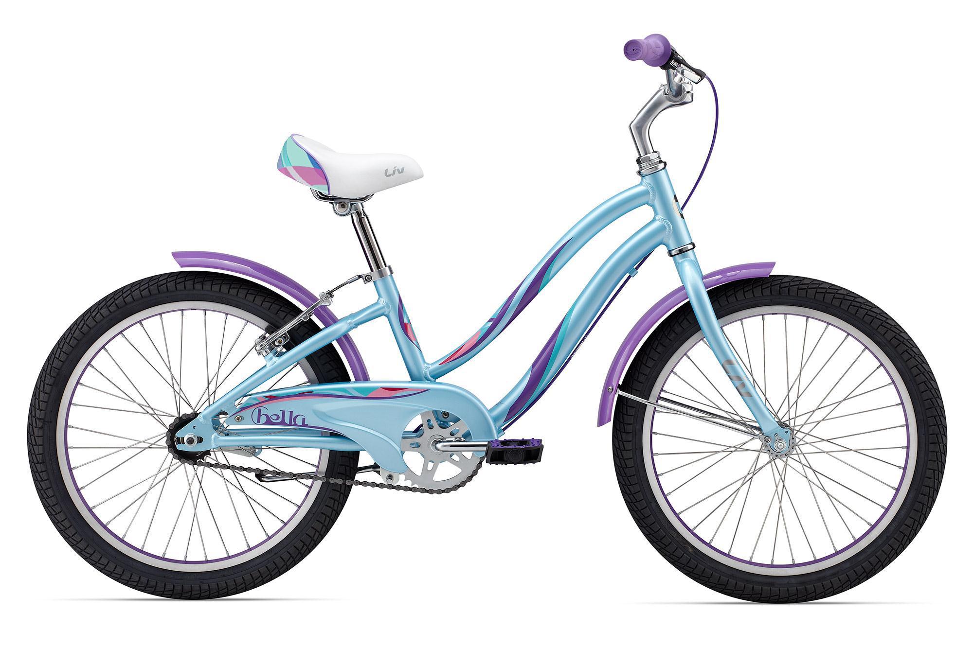 Giant Bella 20 (2016)от 6 лет<br>Модель Bella зажигает страсть к велосипедным приключениям! Он подобно маленькому пони (которого даже не нужно кормить) увезет маленькую исследовательницу в огромный и интересный мир велосипедов.<br>Заниженная верхняя труба рамы сделана специально для большего комфорта при катании и непредвиденных остановках, когда нужно срочно спрыгивать. Фирменный алюминий ALUXX делает раму легкой и маневренной. Простая и надежная односкоростная система привода не требует точной настройки и очень долговечна. Привычный многим взрослым ножной тормоз во втулке дополнен ручным тормозом для большей безопасности при катании.<br>Защита цепи убережет ноги и одежду, ну а крылья в комплекте спасут от всех луж. Giant Bella также укомплектован подножкой, чтобы ставить его где захочется, а интересные расцветки придутся по вкусу маленьким модницам.<br>