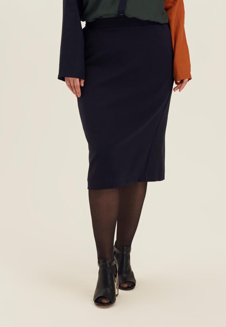 Юбка W10 SK01 31Хиты продаж<br>Правильная юбка-карандаш выглядит так: длина ниже колена, мягко прилегающий силуэт, рельефы, плотная, чуть тянущаяся ткань, удобный пояс на резинке. Сочетается со всем - со строгими рубашками и ироничными свитшотами, с нарядными топами и ретро-блузками, сидит идеально, не затрудняет движений, любой рабочий день превращает в особенный. Рост модели на фото 178 см, размер 54 (российский).<br>