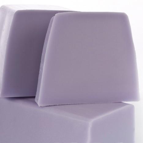 Нарезное матовое мыло Благородный ирис (Нарезное мыло)Нарезное мыло<br>Нарезное матовое мыло Благородный ирис<br>Цветочная нега Колокольчики ландыша дарят свой аромат, уступая запахам благородного ириса и белых цветов, завершаясь нотами белого мускуса и ветивера.<br>Прозрачные и матовые кусочки мыла сделаны вручную из натуральных растительных масел и глицерина (18%), производных сахара и мягких эмульгаторов. Их ароматы созданы в колыбели французской парфюмерной индустрии, в местности неподалеку от Грасса. Здесь, «нос», или парфюмер, специально создает натуральные ароматы специально для Autour du Bain, используя широкий набор ингредиентов, эксклюзивно подобранный для каждого аромата.<br>