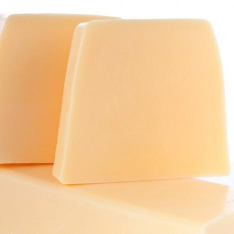 Нарезное матовое мыло Манго (Нарезное мыло)Нарезное мыло<br>Нарезное матовое мыло Манго Фруктовая экзотика<br>Пробуждащий образы экзотических стран, этот аромат наполнен солнечным теплом благодаря нотам бергамота, апельсина и спелого манго, дышащих волнующей сладостью далеких небес и вольно разбавленных нотами свежих персиков и сочной черной смородины.<br>Сердце аромата из нот волнующего белого мускуса напоминает своей сладостью и теплом засахаренные фрукты.<br>Прозрачные и матовые кусочки мыла сделаны вручную из натуральных растительных масел и глицерина (18%), производных сахара и мягких эмульгаторов.<br>Их ароматы созданы в колыбели французской парфюмерной индустрии, в местности неподалеку от Грасса. Здесь, «нос», или парфюмер, специально создает натуральные ароматы специально для Autour du Bain,используя широкий набор ингредиентов, эксклюзивно подобранный для каждого аромата.<br>