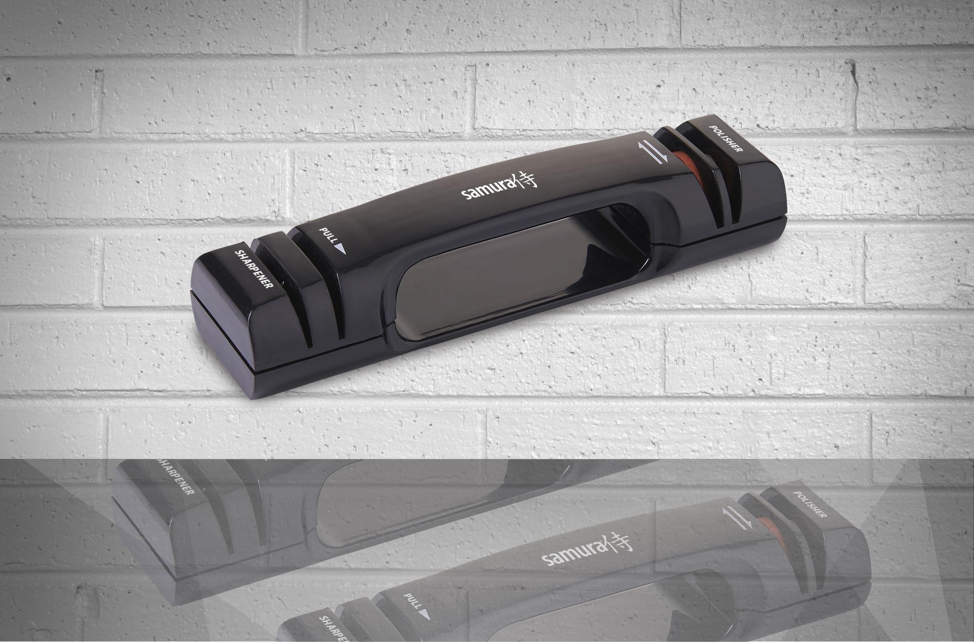 Точилка механическая двухфункциональная Samura KSS-2000Ручные механические точилки для ножей<br>Точилка механическая двухфункциональная Samura KSS-2000<br>Удобная точилка с керамическими дисками для заточки и правки кухонных ножей в домашних условиях.<br>Точилка Nakatomi KSN-2000 - имеет универсальный угол, подходит для европейских и для японских ножей с двусторонней заточкой. Чем ближе к вертикальному положению вставлен нож, тем меньше угол заточки (японская заточка), если точить держа нож с большим наклоном, получается европейская заточка.<br><br><br><br><br>Руководство по эксплуатации<br>