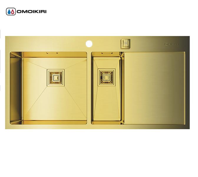 Кухонная мойка из нержавеющей стали OMOIKIRI Akisame 100-2-LG-L (4993089)Кухонные мойки из нержавеющей стали<br>Кухонная мойка из нержавеющей стали OMOIKIRI Akisame 100-2-LG-L (4993089)<br><br><br>Размер выреза под мойку: 980х490 мм.<br>Японская высококачественная хромоникелевая нержавеющая сталь с покрытием PVD.<br>Матовая полировка, устойчивая к появлению царапин.<br>Упаковка обеспечивает максимально безопасную транспортировку.<br>Мойка упакована в пластиковый пакет, пенопластовые уголки, картонную коробку.<br>Корпус мойки обработан специальным противошумным составом и дополнительными резиновыми накладками с 5-ти сторон чаши.<br><br><br>Комплектация:<br><br>автоматический донный клапан;<br>крепления;<br>сифон.<br><br><br>Упаковка:<br><br>картонная коробка;<br>пенопласт;<br>пакет из нетканного материала.<br><br><br><br><br><br><br>Нержавеющая сталь OMOIKIRI<br>Вся нержавеющая сталь OMOIKIRI соответствует маркировке 18/8. Это аустенитная сталь содержит 18% хрома и 8% никеля, что обеспечивает ее максимальную защиту от коррозии.<br>Нержавеющая сталь OMOIKIRI подвергается уникальной обработке холодом «GOKIN»©, повышающей ее твердость и износостойкость.<br><br><br><br><br><br>PVD- и ORB-покрытия<br>Компания OMOIKIRI активно использует новейшие виды износостойких покрытий — PVD и ORB. Технология PVD заключается в напылении конденсации из паровой (газовой) фазы на исходный материал, что придает продукции твёрдость, стойкость и антиаллергические свойства. ORB-покрытие наделяет смеситель оттенком промасленной бронзы.<br><br><br><br><br><br>Кухонные мойки из нержавеющей стали OMOIKIRI при производстве проходят три этапа контроля качества:<br><br>контроль состава нержавеющей стали на соответствие стандартам содержания цветных металлов и указанной маркировке;<br>проверка качества металлических заготовок перед производством;<br>контроль качества изделий на всех этапах производства.<br><br><br><br><br><br>Руководство по монтажу<br><br><br><br>Официальный сертифицированный продав
