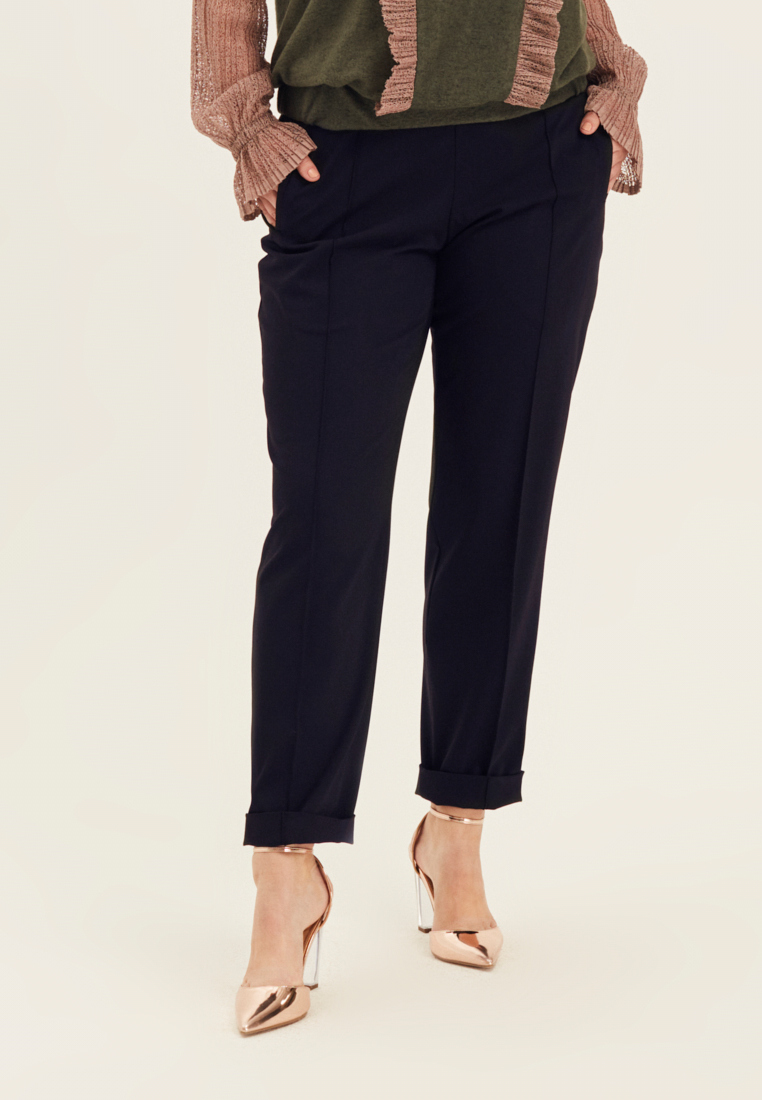 Брюки W10 TR03 31Брюки<br>В каждом гардеробе должны быть идеальные брюки - такие, что, кажется, были позаимствованы из палаты мер и весов. Прямые, строгие, с карманами и застроченными стрелками, безупречно сидящие и безупречно же удобные - за комфорт отвечает пояс-резинка, выступающие слаженным дуэтом с офисными рубашками и чуть более расслабленными блузками. Зачем соглашаться на меньшее, если совершенство - существует? Рост модели на фото 178 см, размер 54 (российский).<br>