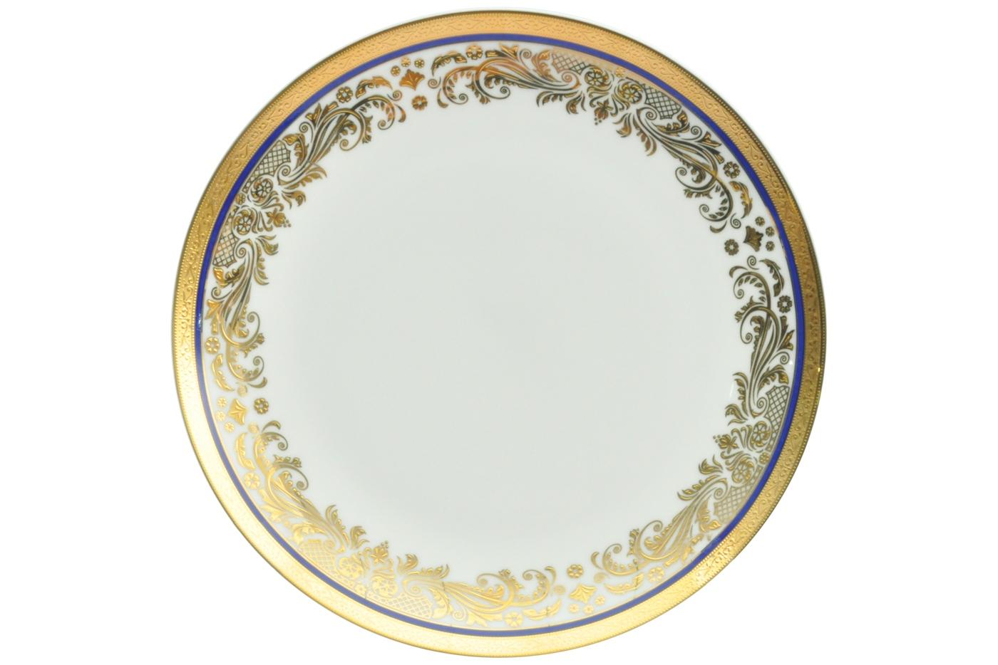Набор из 6 тарелок Royal Aurel Элит (20см) арт.521Наборы тарелок<br>Набор из 6 тарелок Royal Aurel Элит (20см) арт.521<br>Производить посуду из фарфора начали в Китае на стыке 6-7 веков. Неустанно совершенствуя и селективно отбирая сырье для производства посуды из фарфора, мастерам удалось добиться выдающихся характеристик фарфора: белизны и тонкостенности. В XV веке появился особый интерес к китайской фарфоровой посуде, так как в это время Европе возникла мода на самобытные китайские вещи. Роскошный китайский фарфор являлся изыском и был в новинку, поэтому он выступал в качестве подарка королям, а также знатным людям. Такой дорогой подарок был очень престижен и по праву являлся элитной посудой. Как известно из многочисленных исторических документов, в Европе китайские изделия из фарфора ценились практически как золото. <br>Проверка изделий из костяного фарфора на подлинность <br>По сравнению с производством других видов фарфора процесс производства изделий из настоящего костяного фарфора сложен и весьма длителен. Посуда из изящного фарфора - это элитная посуда, которая всегда ассоциируется с богатством, величием и благородством. Несмотря на небольшую толщину, фарфоровая посуда - это очень прочное изделие. Для демонстрации плотности и прочности фарфора можно легко коснуться предметов посуды из фарфора деревянной палочкой, и тогда мы услушим характерный металлический звон. В составе фарфоровой посуды присутствует костяная зола, благодаря чему она может быть намного тоньше (не более 2,5 мм) и легче твердого или мягкого фарфора. Безупречная белизна - ключевой признак отличия такого фарфора от других. Цвет обычного фарфора сероватый или ближе к голубоватому, а костяной фарфор будет всегда будет молочно-белого цвета. Характерная и немаловажная деталь - это невесомая прозрачность изделий из фарфора такая, что сквозь него проходит свет.<br>