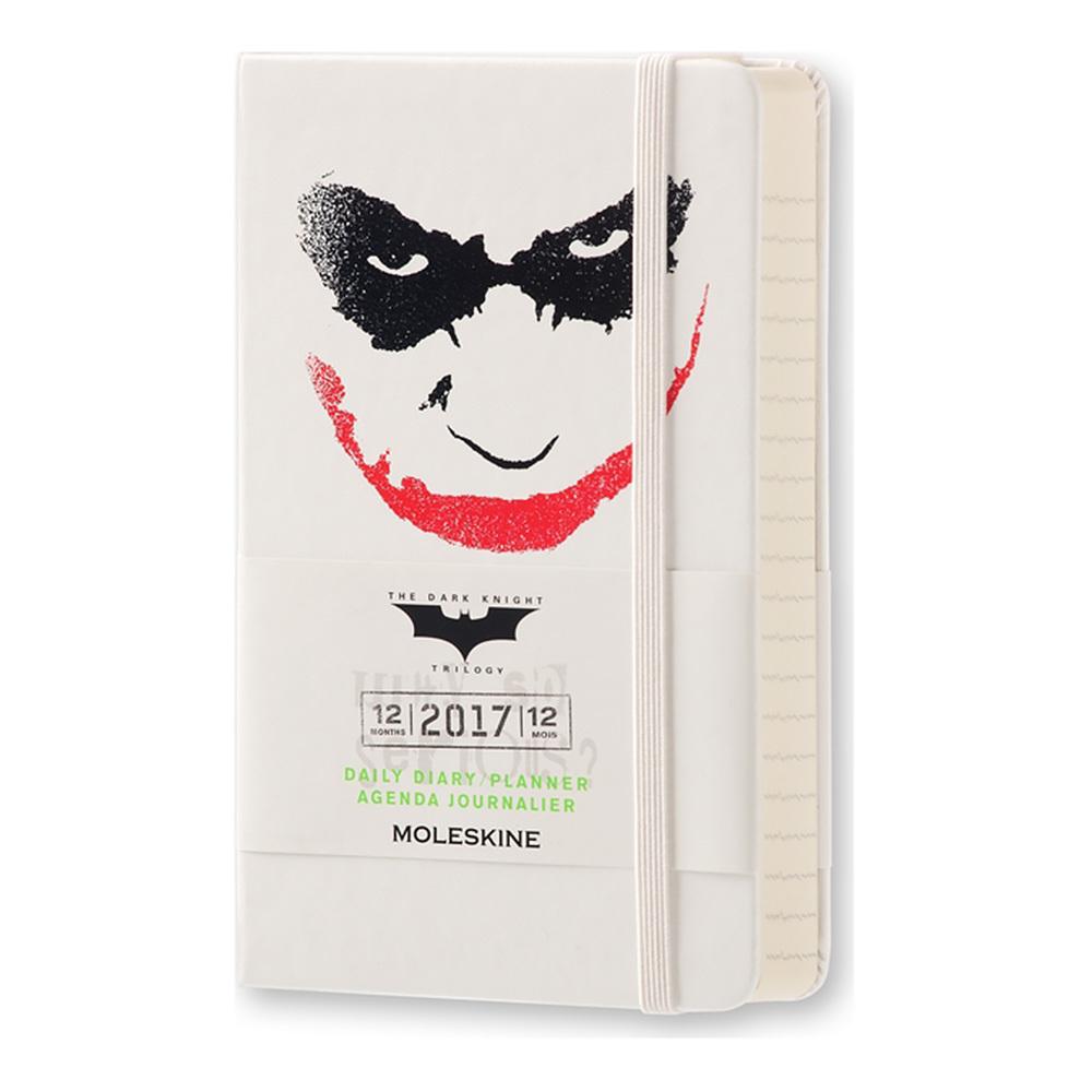 Ежедневник Moleskine Batman Limited Edition, цвет белыйMOLESKINE<br>В ежедневнике Batman с культовыми изображениями внутри и снаружи предусмотрена одна страница на каждый день и тематическая твердая тканевая обложка для облегчения планирования, где бы вы ни находились.<br>Особенности:<br><br>твердая обложка, позволяющая писать даже не на ровной поверхности<br>закругленные уголки<br>застежка-резинка<br>бумага Moleskine цвета слоновой кости<br>плотность бумаги 70 г/м<br>внутренний кармашек<br>ляссе<br>записная книжка открывается на 180°<br><br><br>Легендарный MOLESKINE<br>Марка Moleskine появилась в 1997, возродив образ легендарной записной книжки, столь любимой деятелями искусства и интеллектуалами последних двух столетий. Винсент Ван Гог и Пабло Пикассо, Эрнест Хемингуэй и Брюс Чатвин - все они были привязаны к своим надежным маленьким спутникам, безымянным записным книжицам в непромокаемых черных обложках, которые хранили наброски, заметки, истории и впечатления перед тем, как последние превращались в известные полотна или страницы любимых книг. Сегодня имя Moleskine ассоциируется с серией номадических атрибутов: записных книжек, блокнотов, еженедельников, сумок, аксессуаров для письма и для чтения, созданных для выражения нашей изменчивой индивидуальности. Неразлучные спутники творческих профессий, проводники из мира реальности в мир фантазий, немыслимые сегодня в отдельности от информационных технологий.<br>С 1 января 2007 года Moleskine является также названием компании-владельца всемирно известной зарегистрированной торговой марки. Кроме широко известных записных книжек и их типов, Moleskine SpA разрабатывает, производит и реализует целую серию предметов для творчества современных «странников». Компания начинает свою историю с маленького издательства Modo&amp;Modo в Милане, которое в 1997 году создало марку® Moleskine, вновь открыв и возродив удивительную традицию. Осенью 2006 компания Modo&amp;Modo spa была куплена компанией SGCapital Europe, сегодня -- Synteg