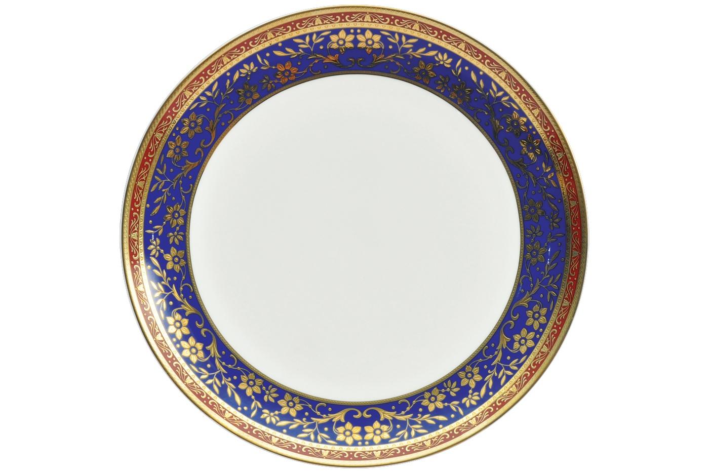 Набор из 6 тарелок Royal Aurel Кобальт (20см) арт.520Наборы тарелок<br>Набор из 6 тарелок Royal Aurel Кобальт (20см) арт.520<br>Производить посуду из фарфора начали в Китае на стыке 6-7 веков. Неустанно совершенствуя и селективно отбирая сырье для производства посуды из фарфора, мастерам удалось добиться выдающихся характеристик фарфора: белизны и тонкостенности. В XV веке появился особый интерес к китайской фарфоровой посуде, так как в это время Европе возникла мода на самобытные китайские вещи. Роскошный китайский фарфор являлся изыском и был в новинку, поэтому он выступал в качестве подарка королям, а также знатным людям. Такой дорогой подарок был очень престижен и по праву являлся элитной посудой. Как известно из многочисленных исторических документов, в Европе китайские изделия из фарфора ценились практически как золото. <br>Проверка изделий из костяного фарфора на подлинность <br>По сравнению с производством других видов фарфора процесс производства изделий из настоящего костяного фарфора сложен и весьма длителен. Посуда из изящного фарфора - это элитная посуда, которая всегда ассоциируется с богатством, величием и благородством. Несмотря на небольшую толщину, фарфоровая посуда - это очень прочное изделие. Для демонстрации плотности и прочности фарфора можно легко коснуться предметов посуды из фарфора деревянной палочкой, и тогда мы услушим характерный металлический звон. В составе фарфоровой посуды присутствует костяная зола, благодаря чему она может быть намного тоньше (не более 2,5 мм) и легче твердого или мягкого фарфора. Безупречная белизна - ключевой признак отличия такого фарфора от других. Цвет обычного фарфора сероватый или ближе к голубоватому, а костяной фарфор будет всегда будет молочно-белого цвета. Характерная и немаловажная деталь - это невесомая прозрачность изделий из фарфора такая, что сквозь него проходит свет.<br>