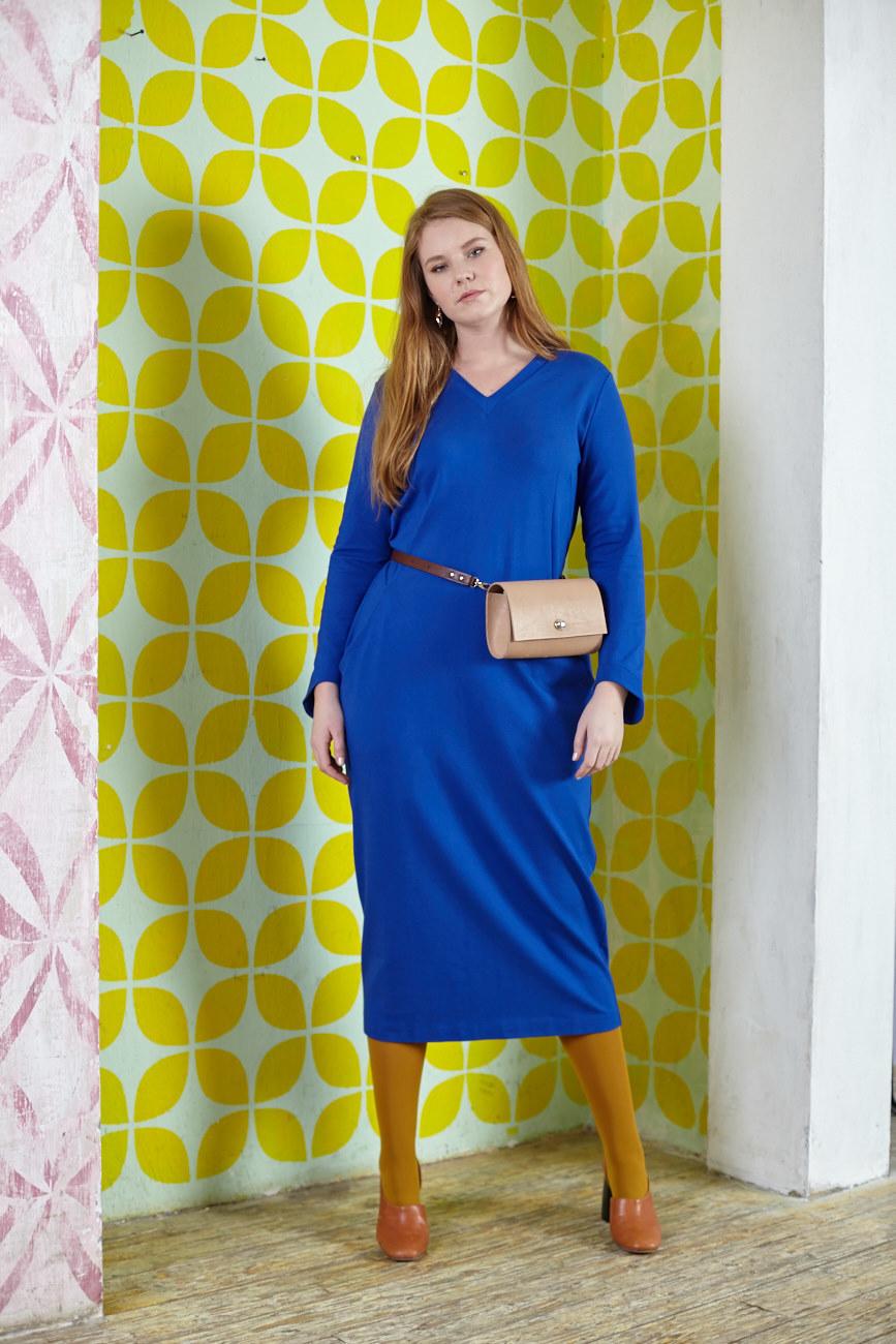 Платье BASE D5-V DM37ЧЁРНАЯ ПЯТНИЦА<br>Великолепное длинное платье прямого силуэта с V-образным вырезом из итальянского трикотажа. Стильное и элегантное. По Вашим просьбам мы убрали задний разрез. От этого платья невозможно устать, ведь оно идеально сочетается с любыми аксессуарами и обувью и обладает фантастической комфортностью за счет мягкого струящегося, но не облегающего трикотажа. Рекомендуется для всех случаев жизни, с любой обувью, с любым образом. Длина до середины икры, есть карманы.<br>