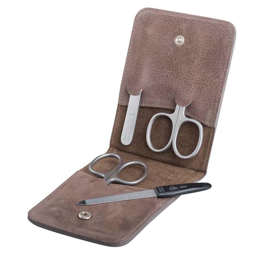 """Маникюрный набор Erbe, 4 предмета, цвет коричневый, кожаный футлярМаникюрные наборы<br>Маникюрный набор включает:<br><br>Ножницы для ногтей.<br>Ножницы для кутикул.<br>Пинцет наклонный.<br>Пилка металлическая.<br><br><br>Erbe Solingen – это один из самых известных брендов немецкой компании Becker Manicure, которая хорошо известна по всему миру и заслужила уважение благодаря отличному качеству изделий.<br>Внутри наборов Erbe – сатинированные, либо никелированные элементы ручной заточки, выполненные из нержавеющей стали INOX (от французского слова """"inoxidable"""", которое переводится как """"нержавеющий""""). На инструментах выгравирован фирменный логотип """"Erbe Solingen"""", а также пометки :""""Stainless"""" (в переводе с англ.языка-нержавеющий), """"Rostfrei-Inox"""" (в переводе с нем.языка –нержавеющий).<br>Ножницы для ногтей Erbe имеют микронасечки. Эти насечки нужны, чтобы ножницы не скользили по ногтю.<br>"""