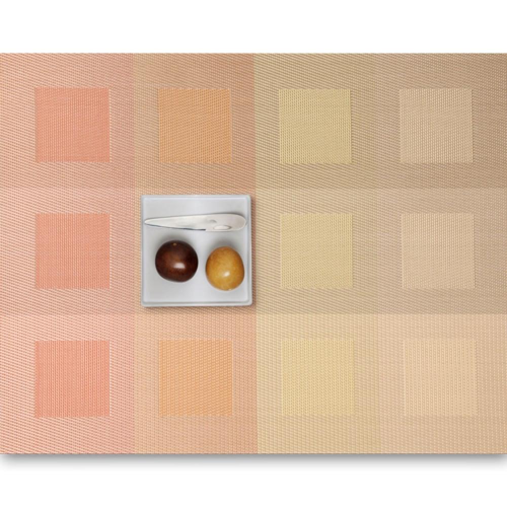 Салфетка подстановочная, плетение квадраты, винил, (36х48) Pale orange (100115-010) CHILEWICH Engineered squares арт. 0071-ENGS-PORAСервировка стола<br>Салфетки и подставки для посуды от американского дизайнера Сэнди Чилевич, выполнены из виниловых нитей — современного материала, позволяющего создавать оригинальные текстуры изделий без ущерба для их долговечности. Возможно, именно в этом кроется главный секрет популярности этих стильных салфеток.<br>Впрочем, это не мешает подставочным салфеткам Chilewich оставаться достаточно демократичными, для того чтобы занять своё место и на вашем столе. Вашему вниманию предлагается широкий выбор вариантов дизайна спокойных тонов, способного органично вписаться практически в любой интерьер.<br><br>длина (см):48материал:винилпредметов в наборе (штук):1страна:СШАширина (см):36.0<br>