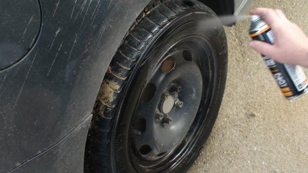 Распылить по резине колеса машины