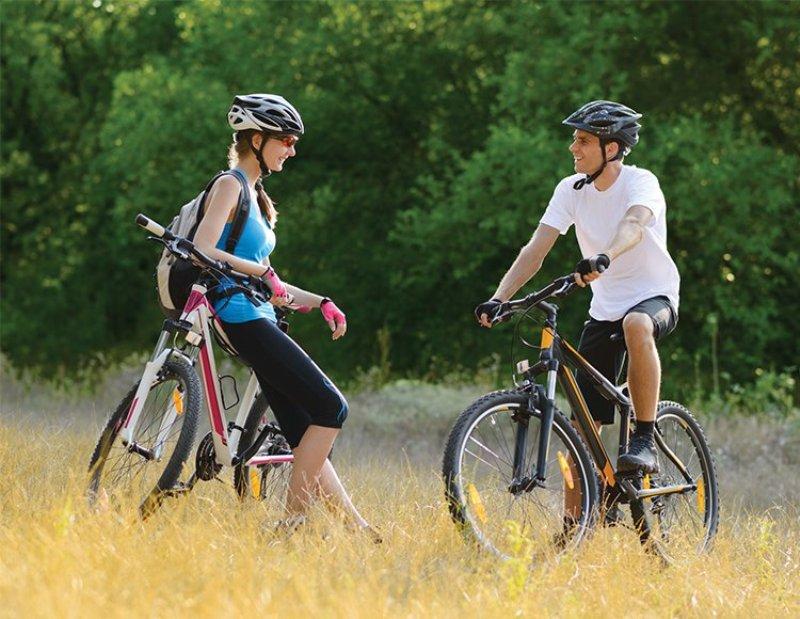 Пара с велосипедами
