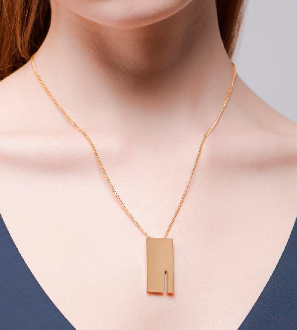 Колье-Rectangle-от-бренда-Anne-Thomas-на-модели.jpg