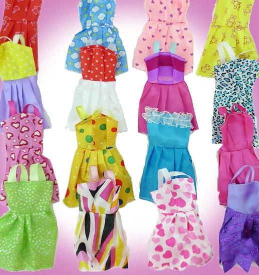Много одежды для кукол Барби
