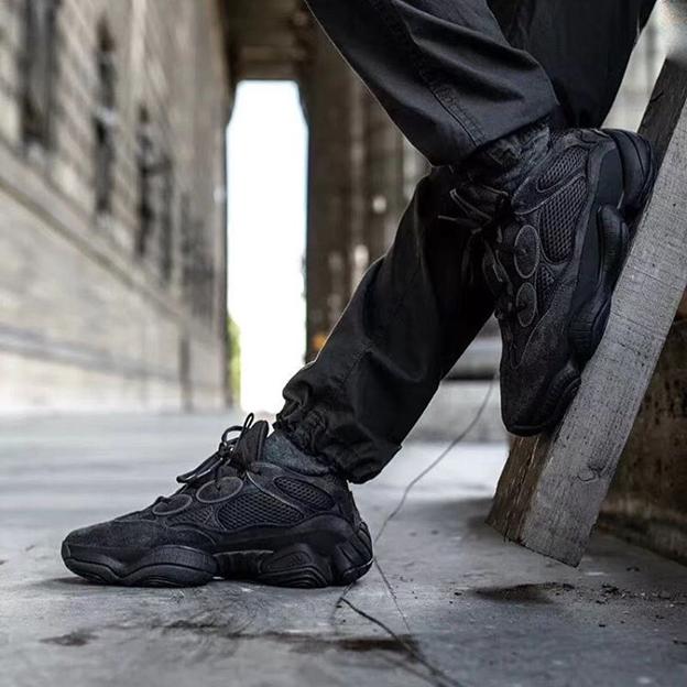 Черные Adidas Yeezy Boost 500 на ногах