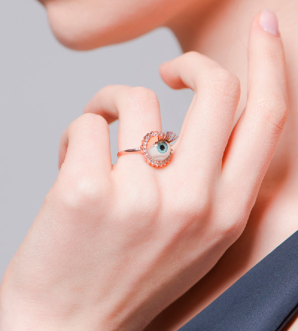 Сюрреалистичное-кольцо-Blue-Eye-от-Miss-Bibi-на-модели.jpg