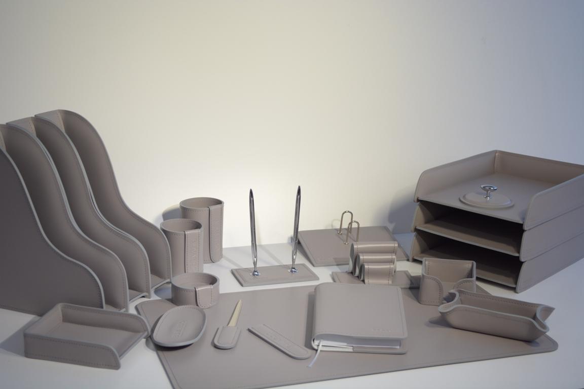 Кожаный набор на стол руководителя серого цвета.