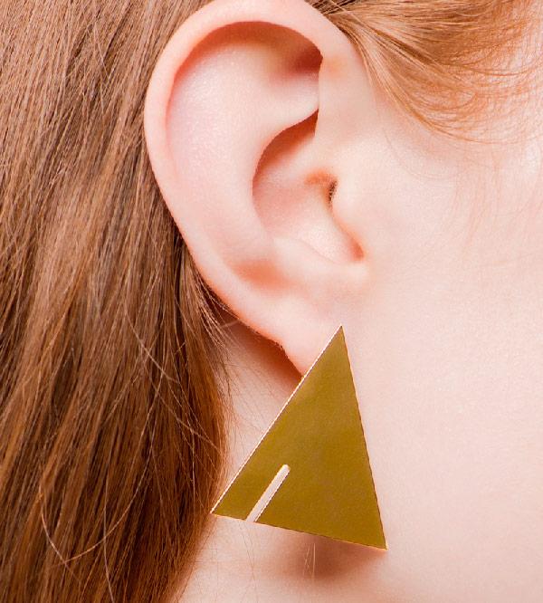 Серьги-Triangle-от-бренда-Anne-Thomas-на-модели.jpg