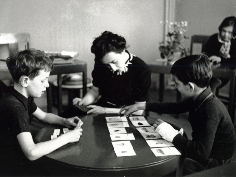 Мария Монтессори с воспитанниками. Фото: http://laltmaier.weebly.com
