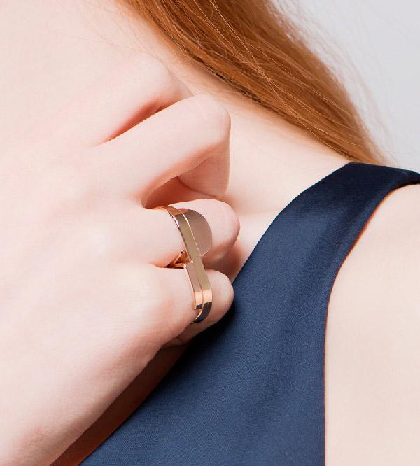 Кольцо-на-2-пальца-Geometry-of-Circle-and-Rectangle-от-бренда-Anne-Thomas-на-модели.jpg