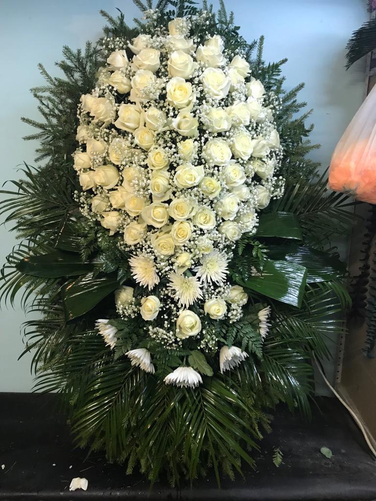 ритуальный венок ВЖ120-04 из живых цветов с траурной лентой